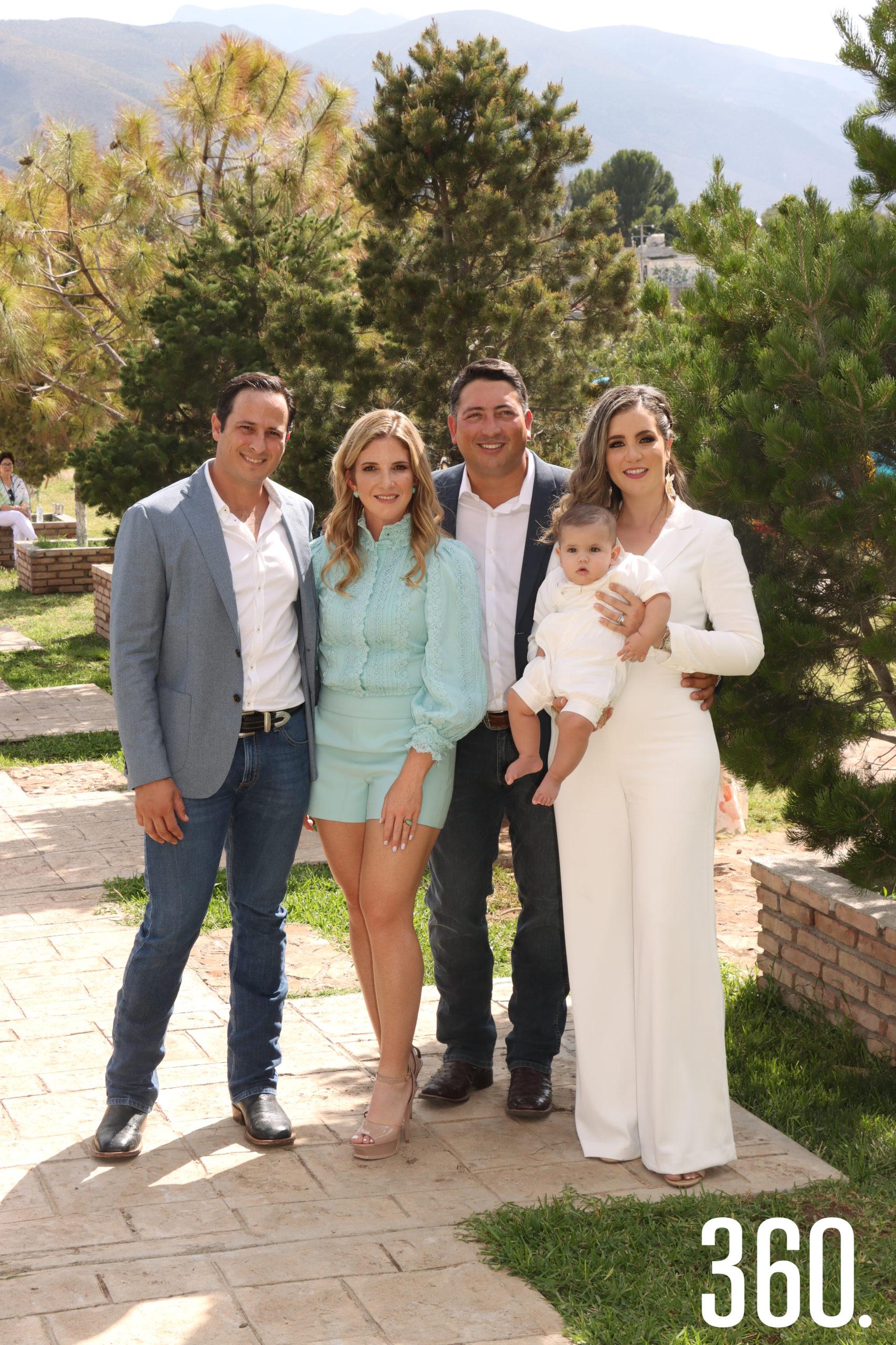 Andrés acompañado por sus padrinos, Karim Talamás Arsuaga y Carmen Veccini, y sus padres Guillermo Prado Concha y Diana Ayala Arrizon.