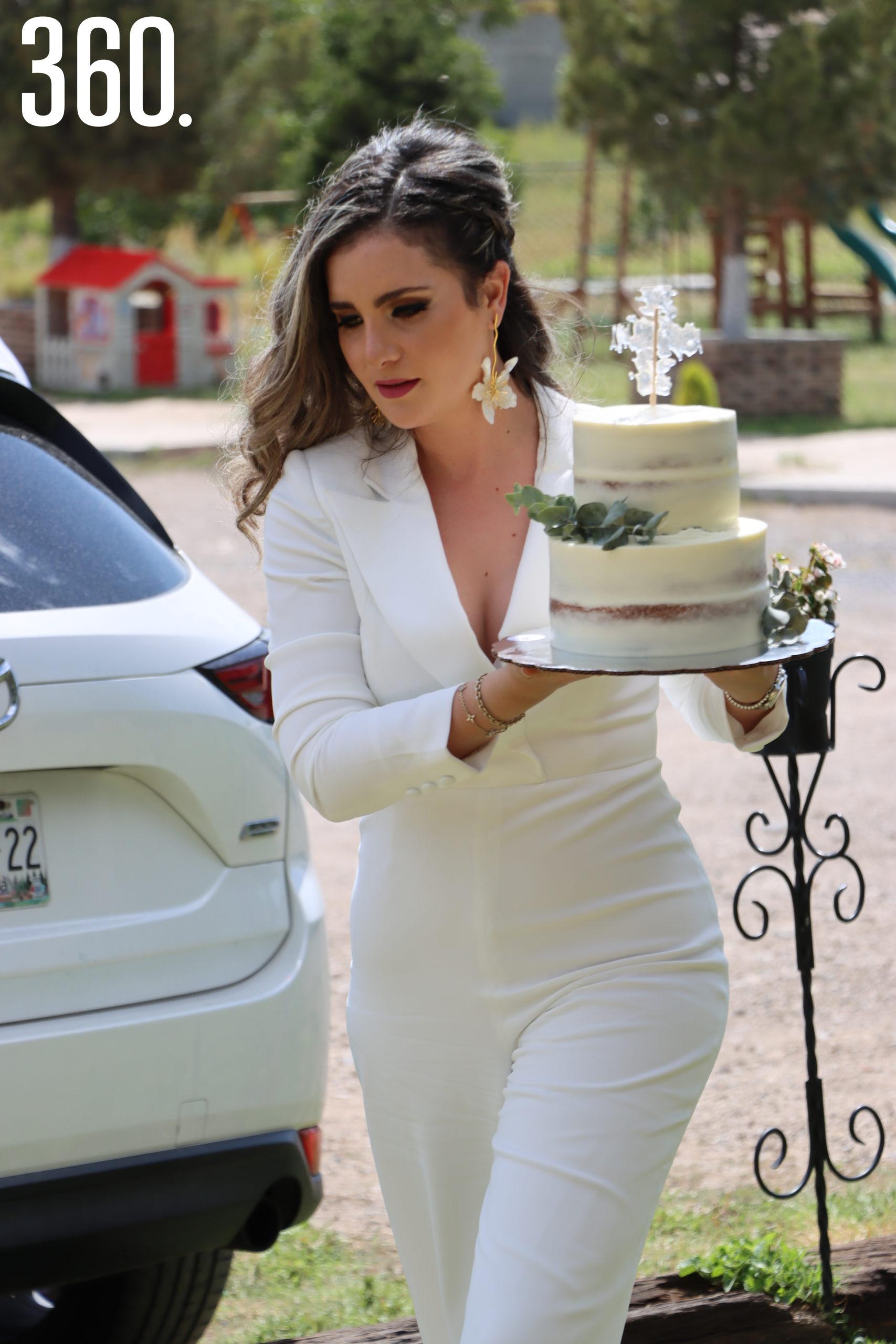 Diana Ayala Arrizon llegó con el pastel de su hijo Andrés a la palapa Villas del Prado.