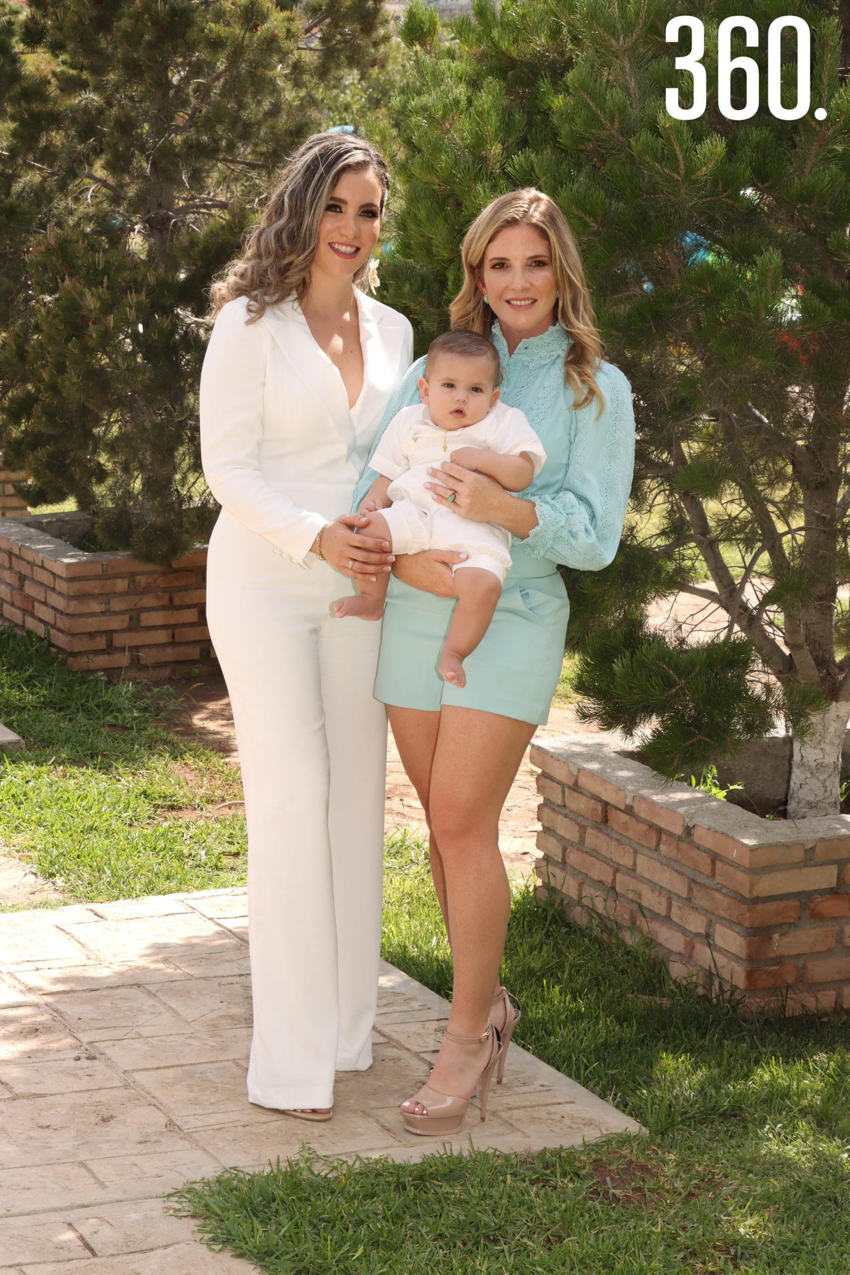 Andrés Prado con su mamá Diana Ayala Arrizon y su madrina Carmen Veccini.