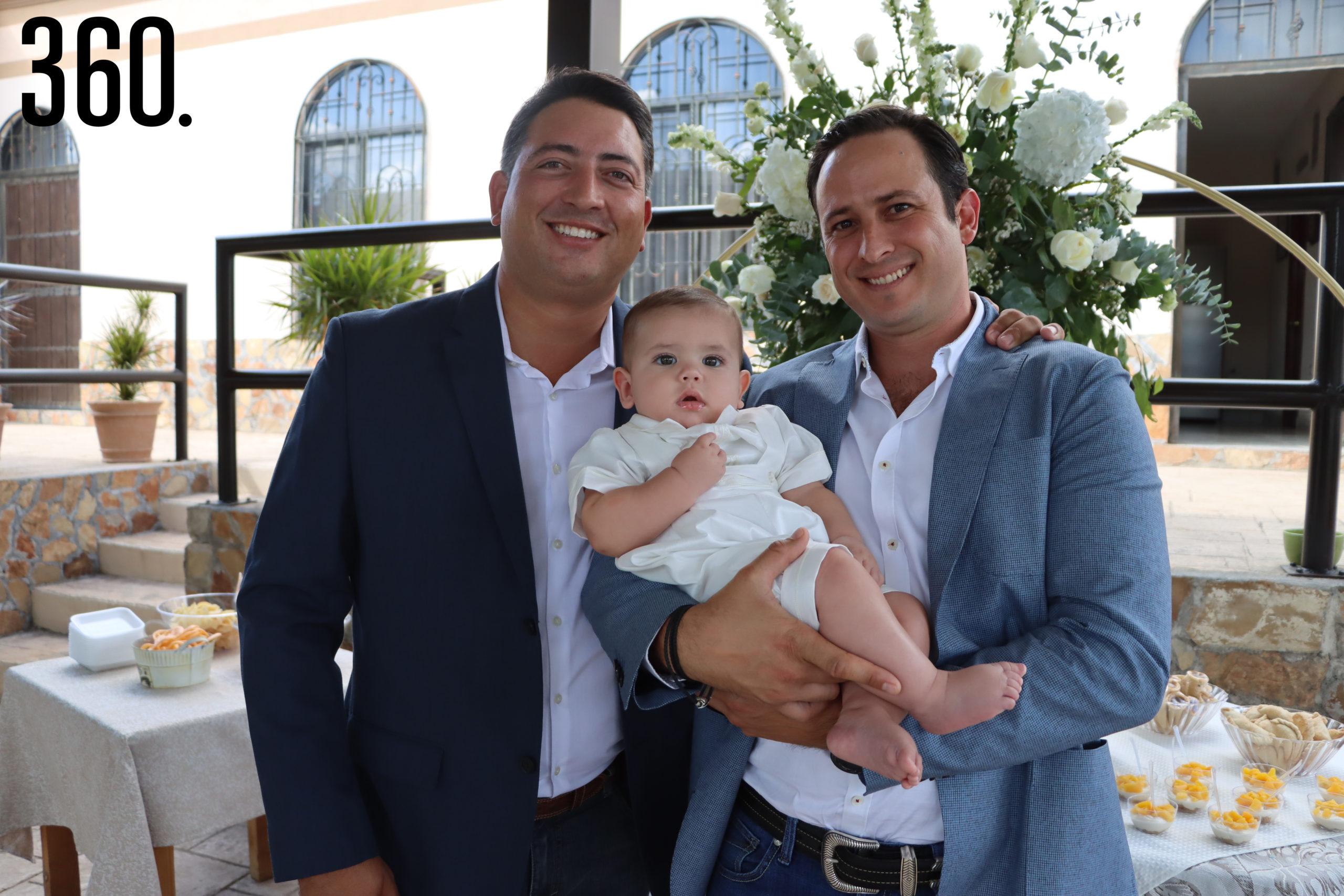 Guillermo y Andrés Prado con el padrino Karim Talamás Arsuaga.