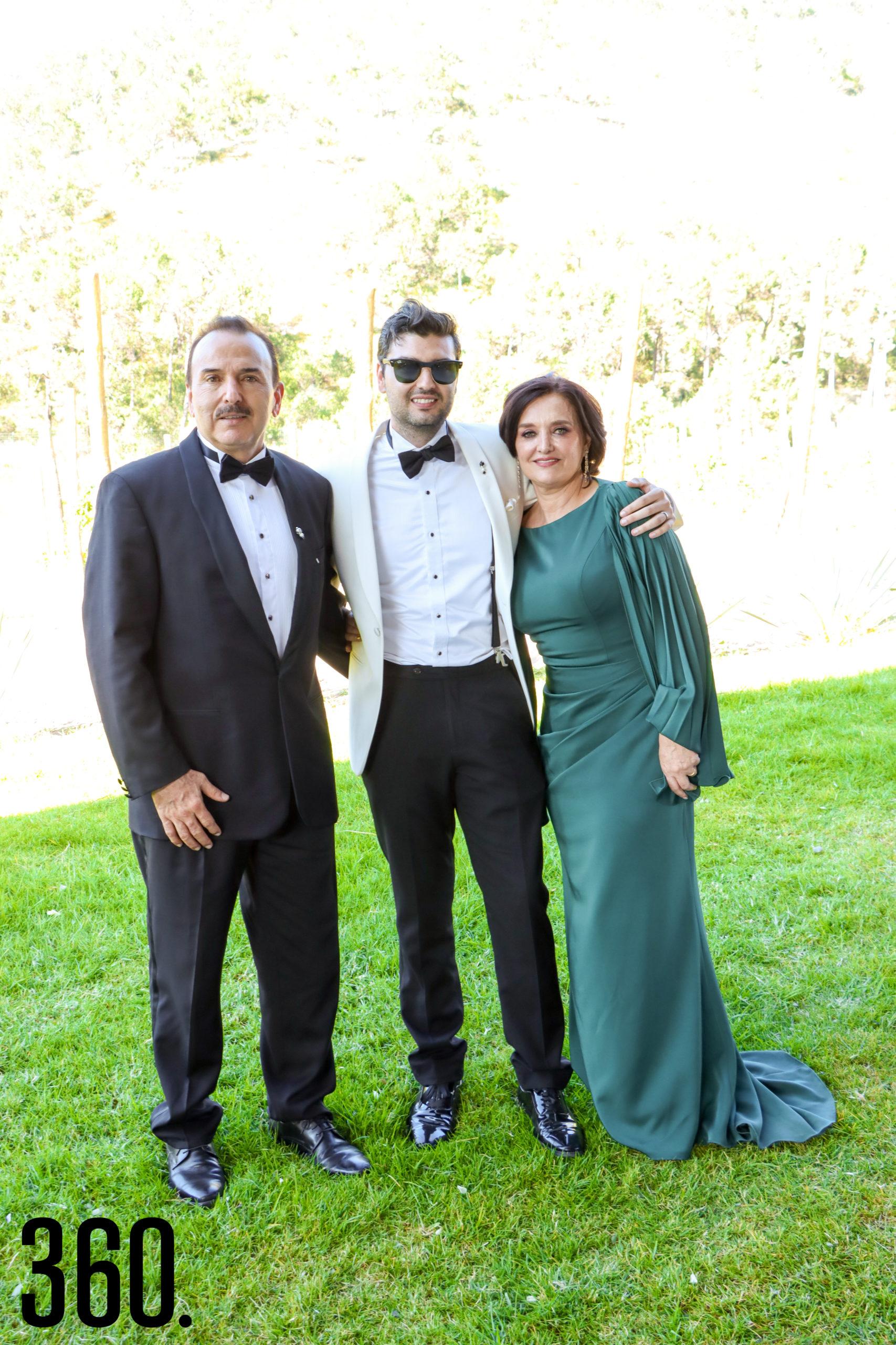 Juan José Méndez con sus padres, Juan José Méndez y Sandra Aguilar.