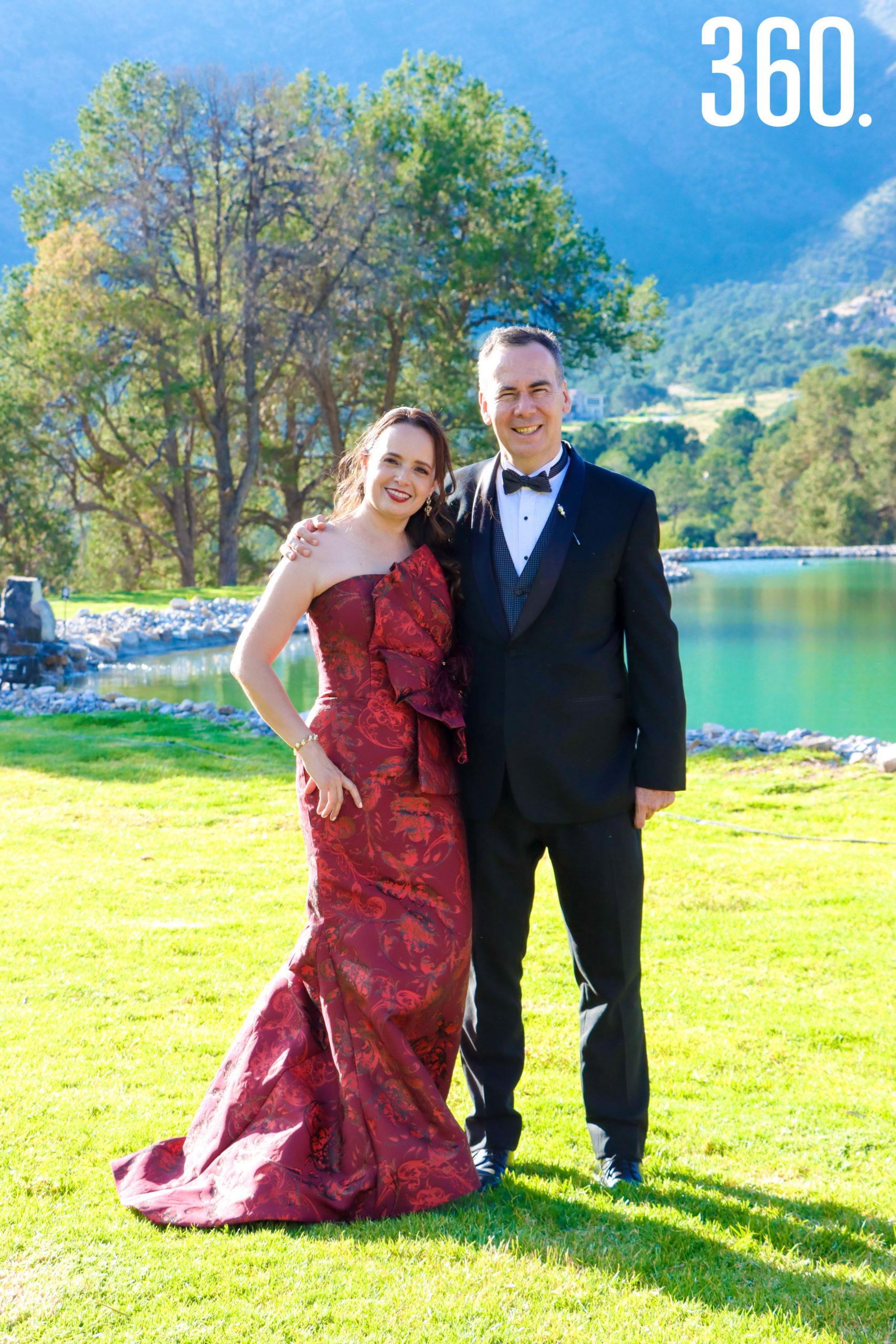 Nora Martínez y Manuel Vallarta, padres de la novia.