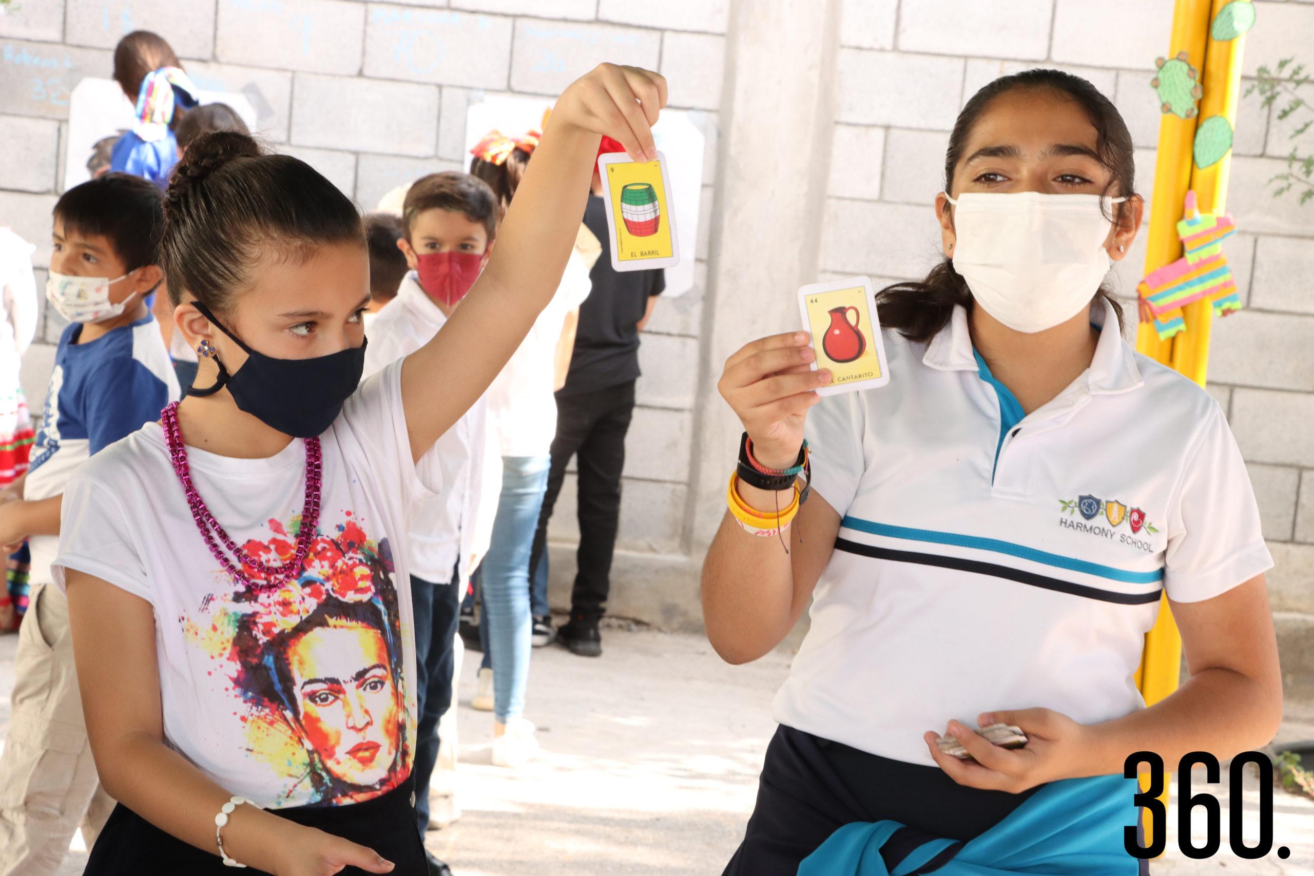 Naomi Almeida y Marina Padrón leen las cartas durante la lotería.