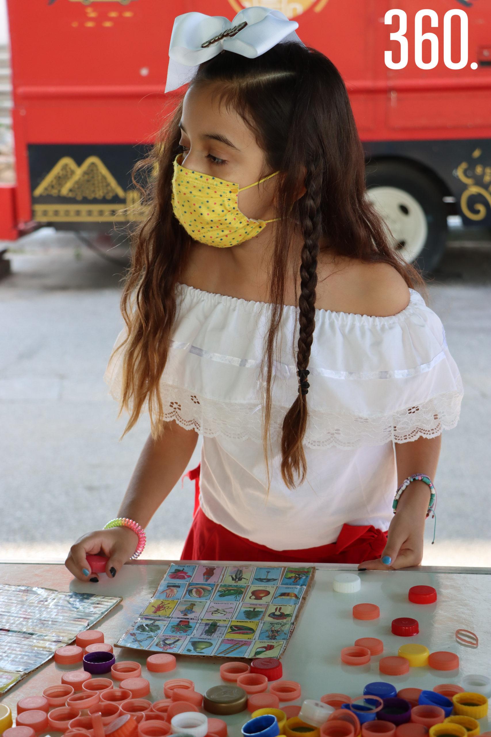 Emma Cruz espera la carta para ganar la lotería.