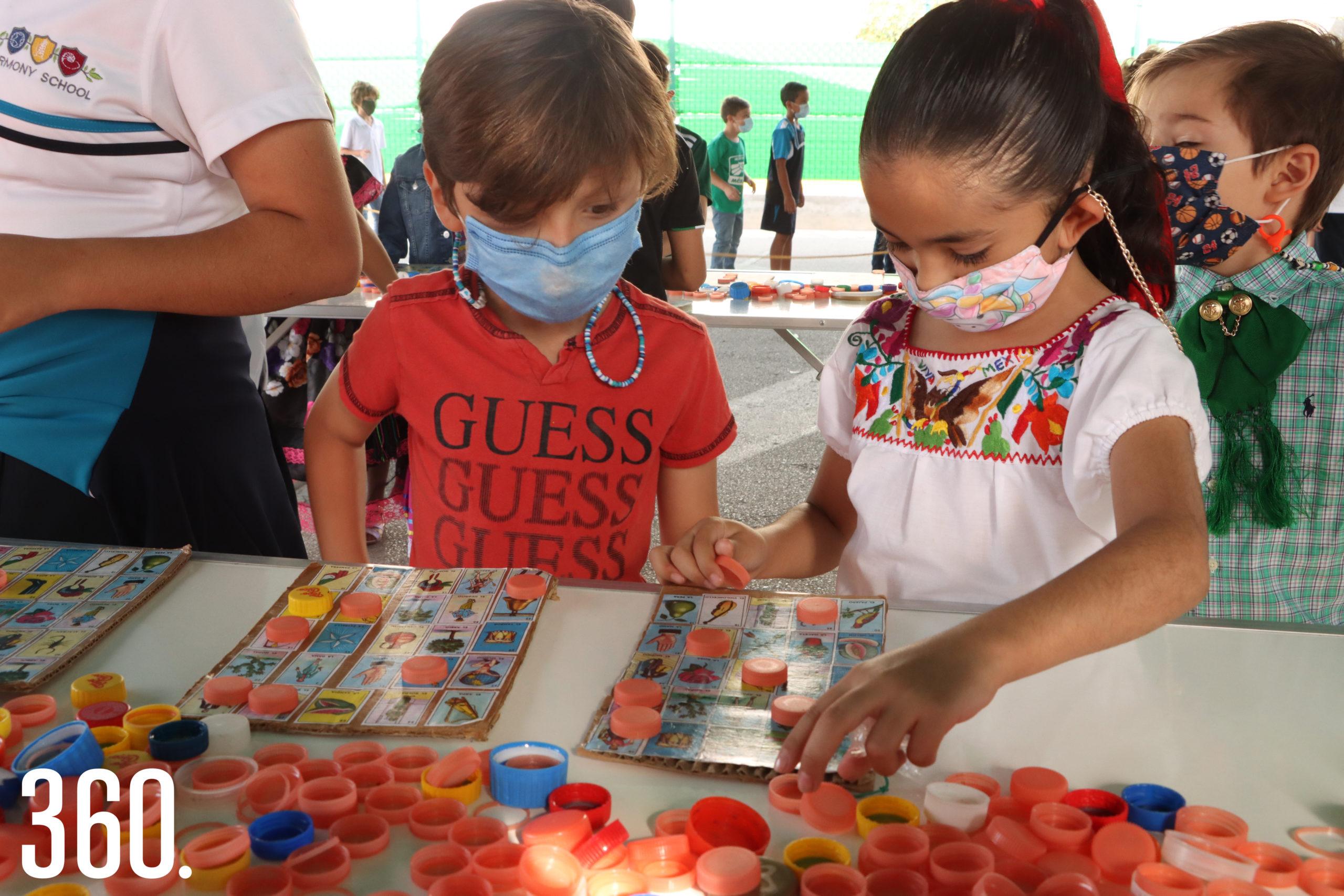Iker Arizmendi y Larisa Padrón jugando a la lotería.