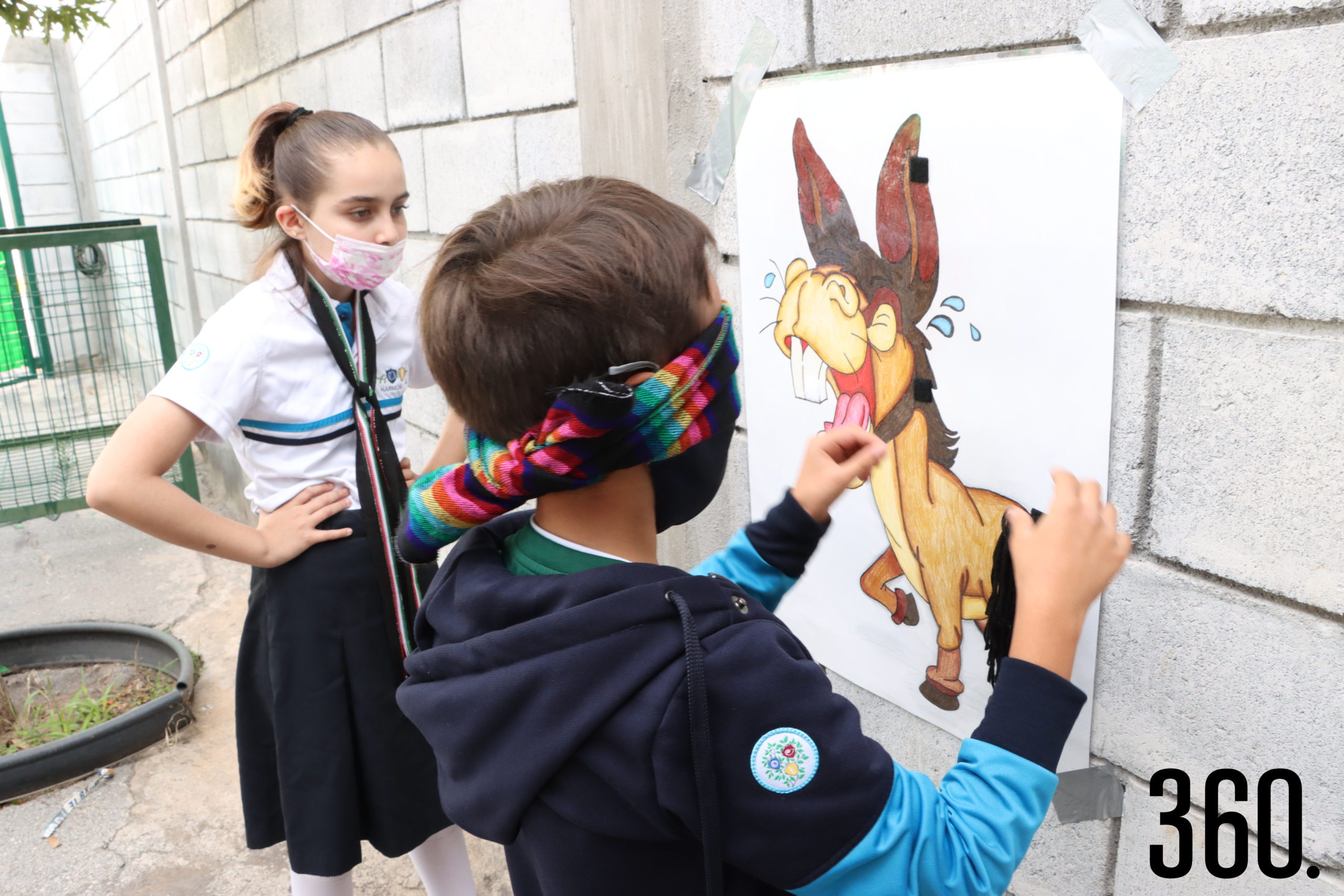 Los niños jugando ponle la cola al burro.