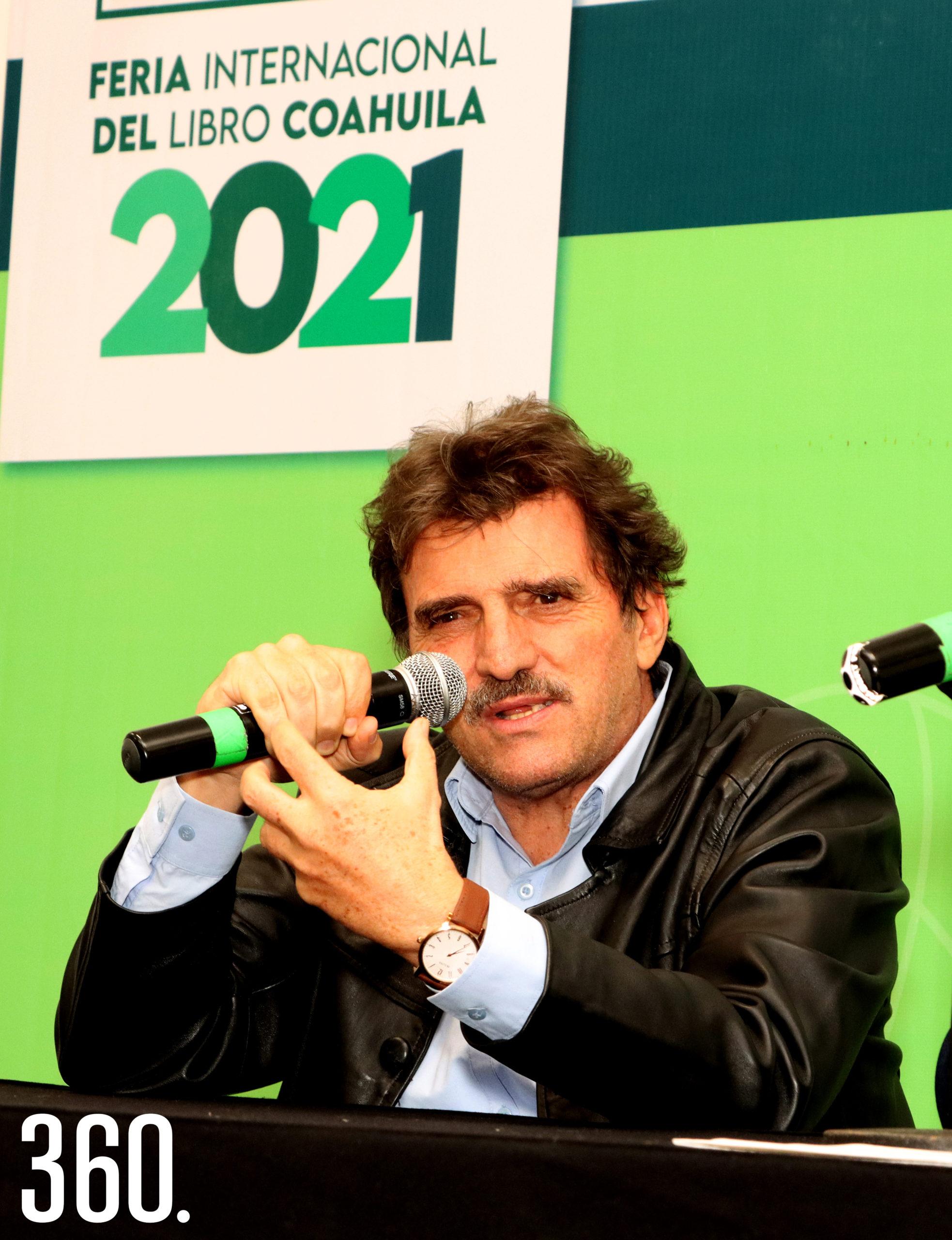 """Enrique Serna comentó sobre su libro """"El vendedor de silencio"""" (Alfaguara 2019), sobre la vida del periodista Carlos Denigri, en la Sala Manuel Acuña."""