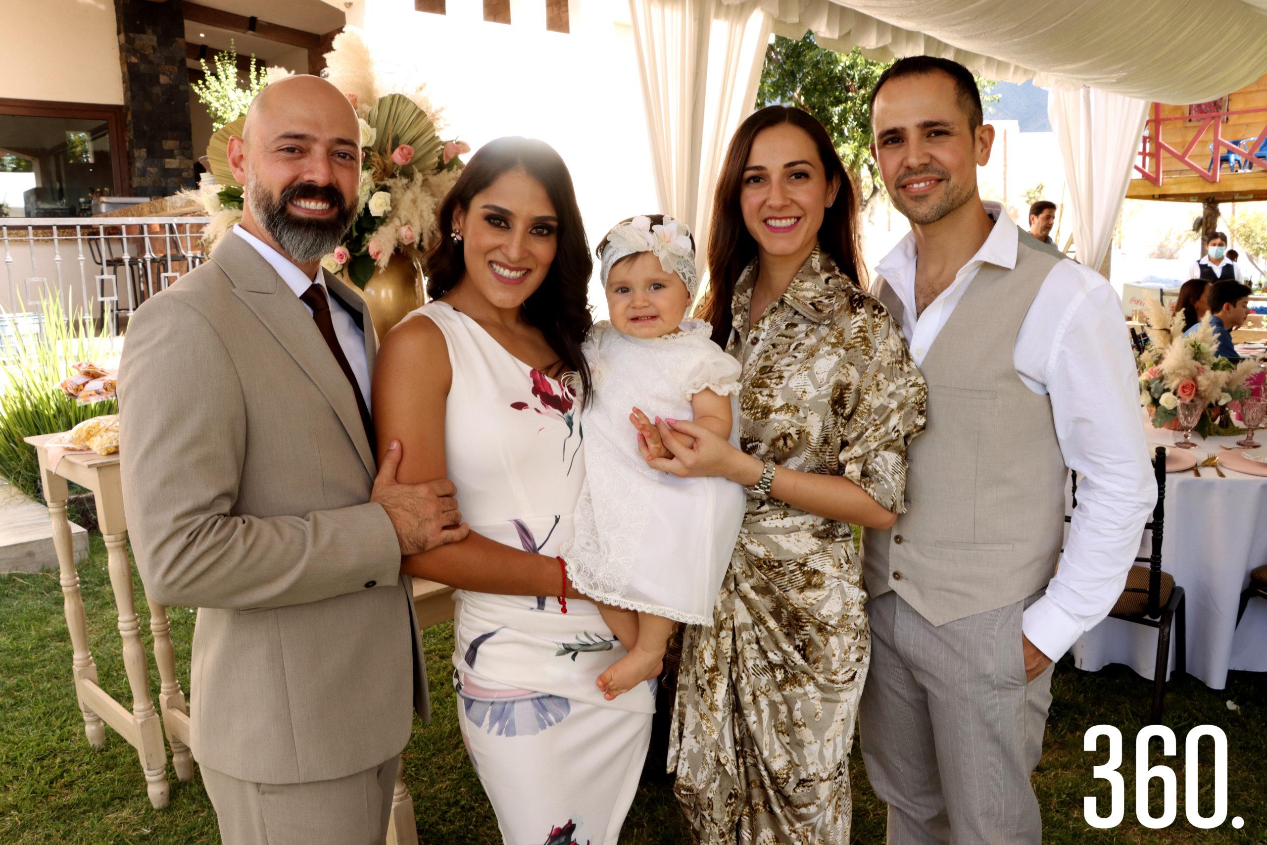 La pequeña Alessa acompañada por sus padres, Alejandro Ibarra y Cindy Sánchez, y sus padrinos Carolina Sánchez y César García.