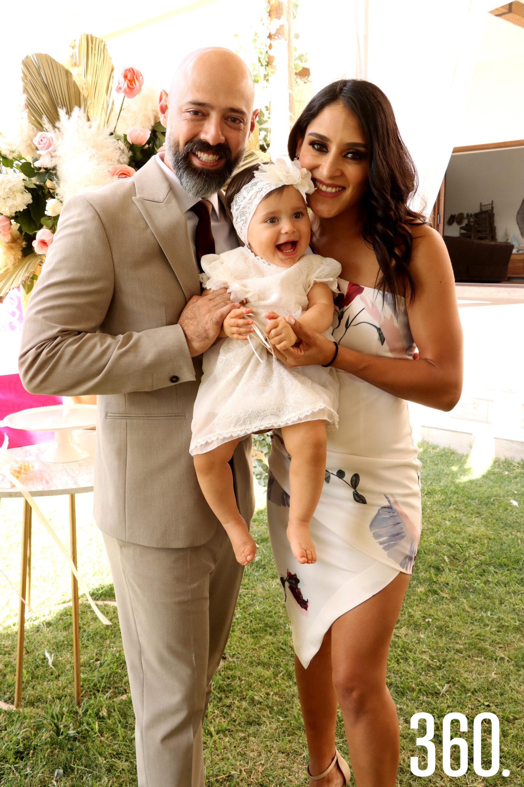 Alejandro Ibarra y Cindy Sánchez con su hija Alessa.