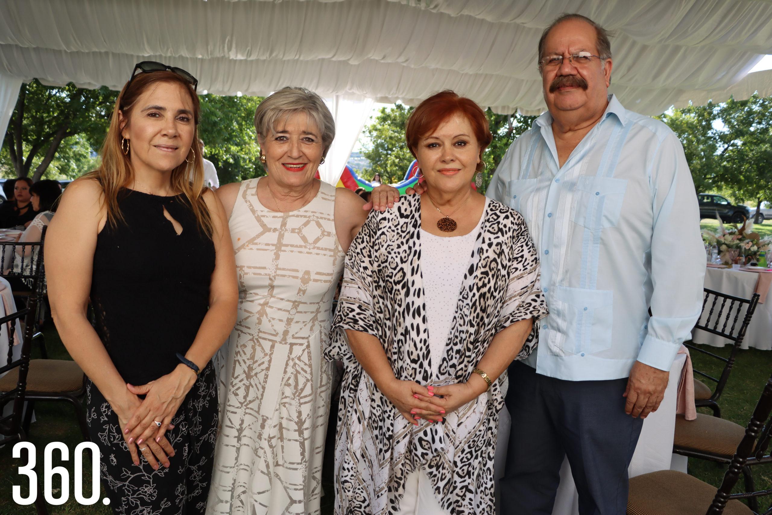 Martha, Hortencia y Elsa Meléndez acompañadas por José Luis Dávila.