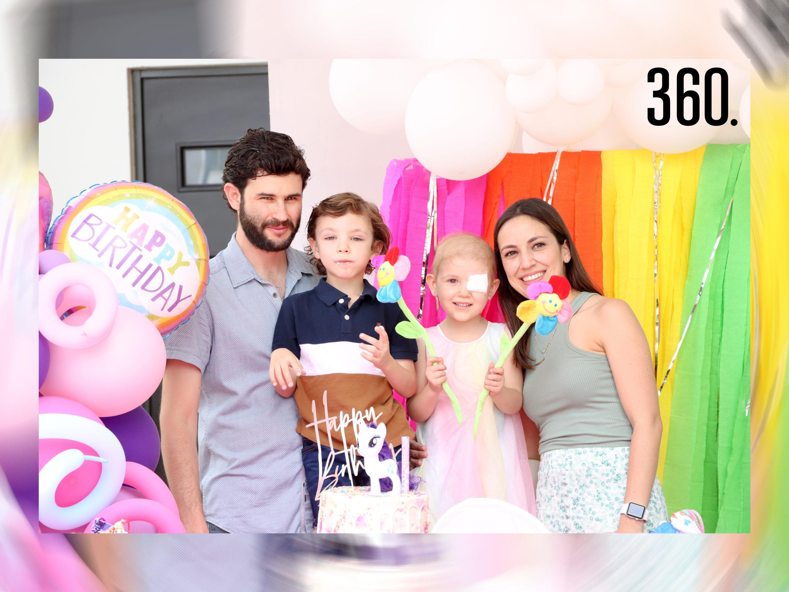 Ana Karla con sus papás y hermano, Polo Herrera, Polo Herrera y Karla Treviño.