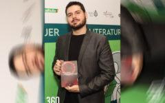"""Andrés Rodríguez López con su libro """"Las MELODÍAS fragmentadas del PANDEMÓNIUM"""", de fantasía oscura."""