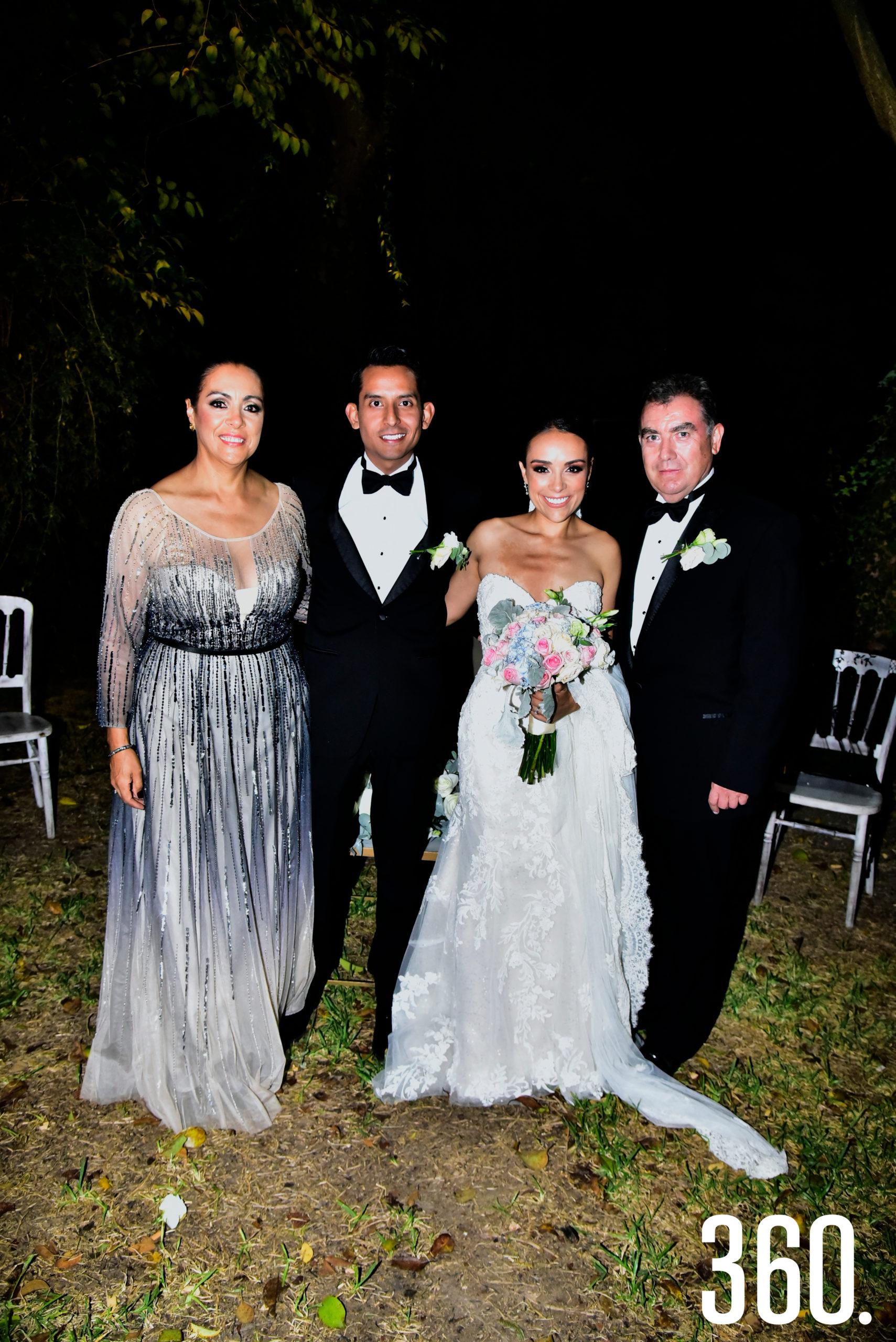 Luis Eduardo López y María Fernanda Molina con sus papás Luz Elena Berrueto y Arnoldo Molina.