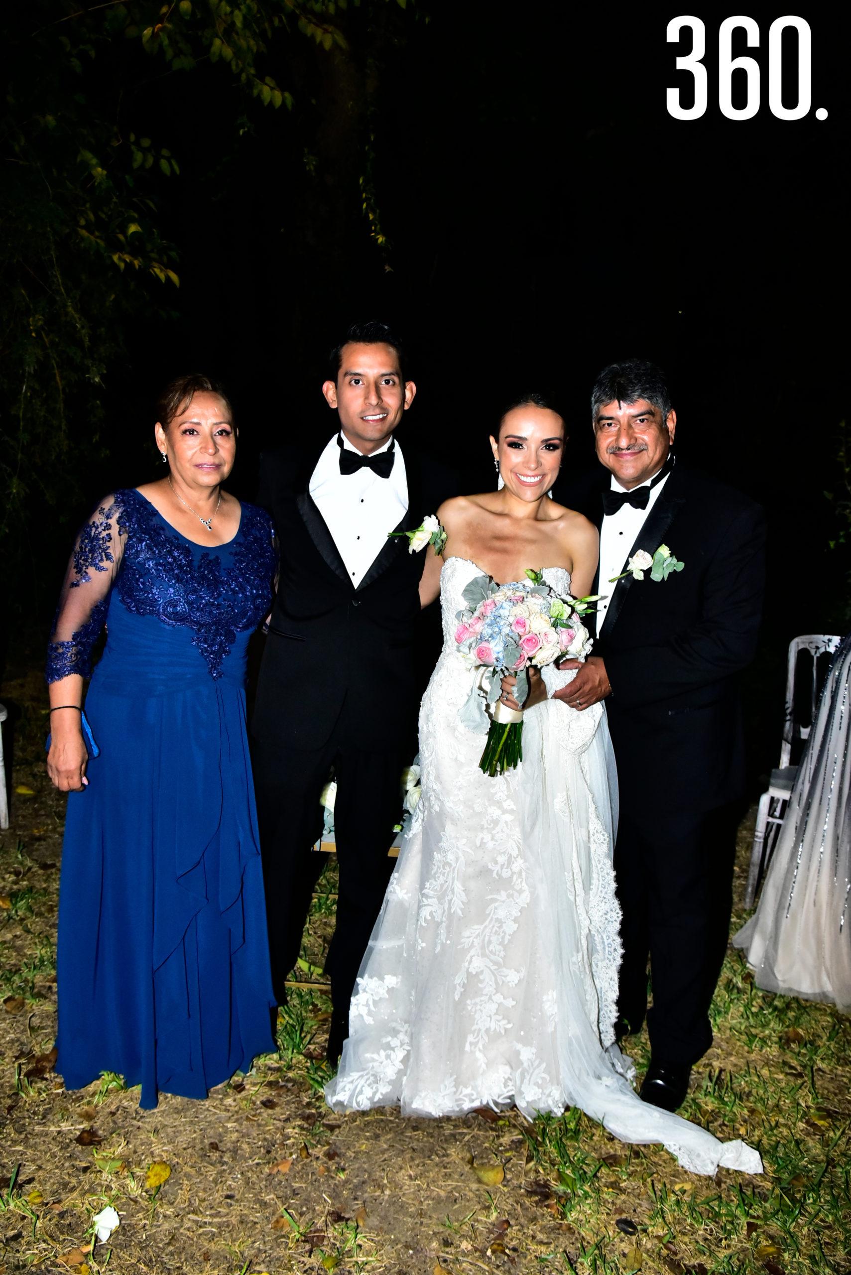 María Fernanda Molina y Luis Eduardo López con sus papás Marisela Espinoza y José Luis López.