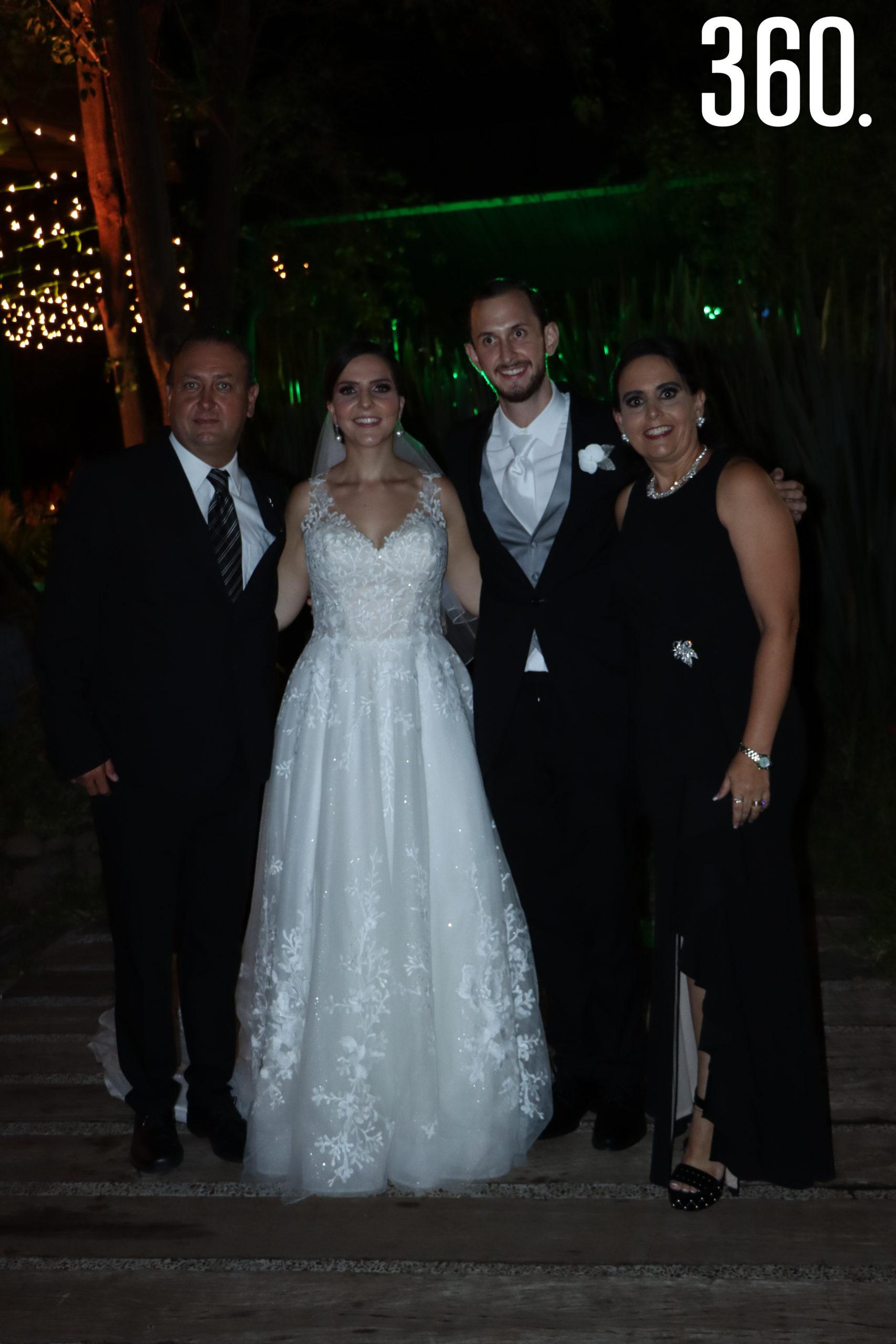Los novios con Mario Dávila y Liliana Verástegui.