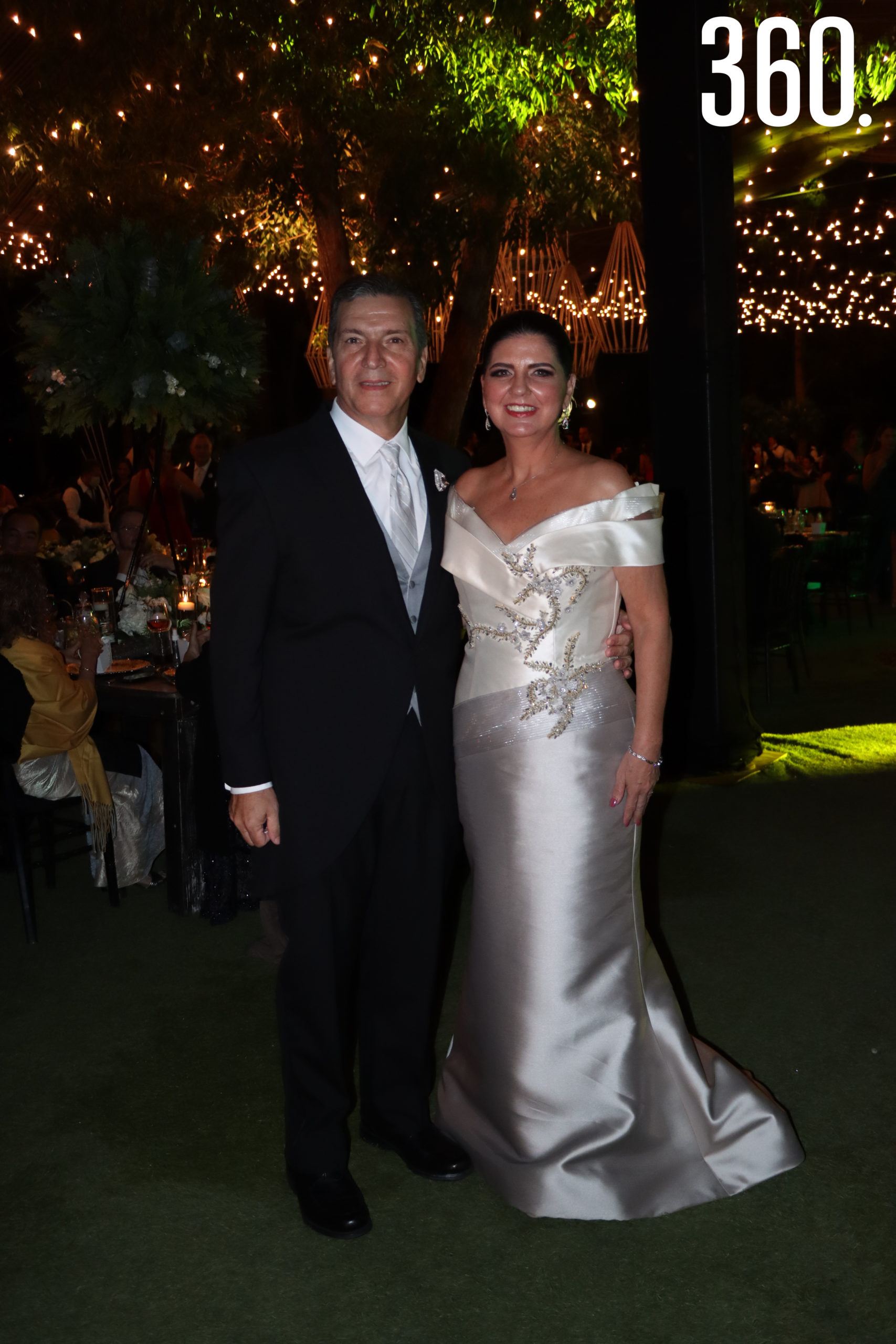 Rubén José Treviño y Marcela María de la Garza, padres de la novia.