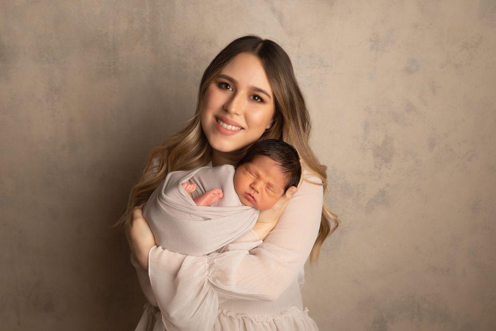 Diego Alejandro con su mamá, Alejandra Flores.