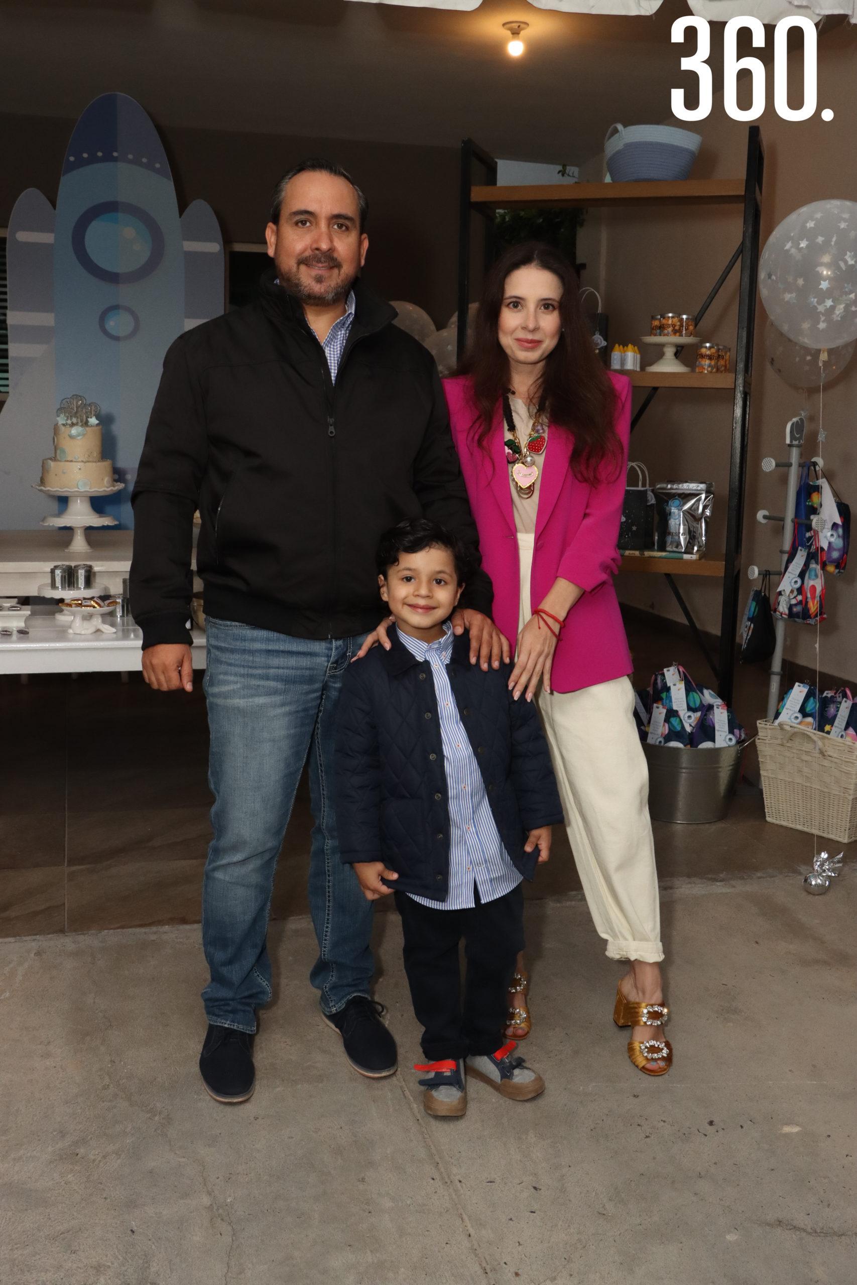 Ernesto Alejandro con sus padres, Alejandro Neira y Valeria Boehringer, con el set Galáctico.