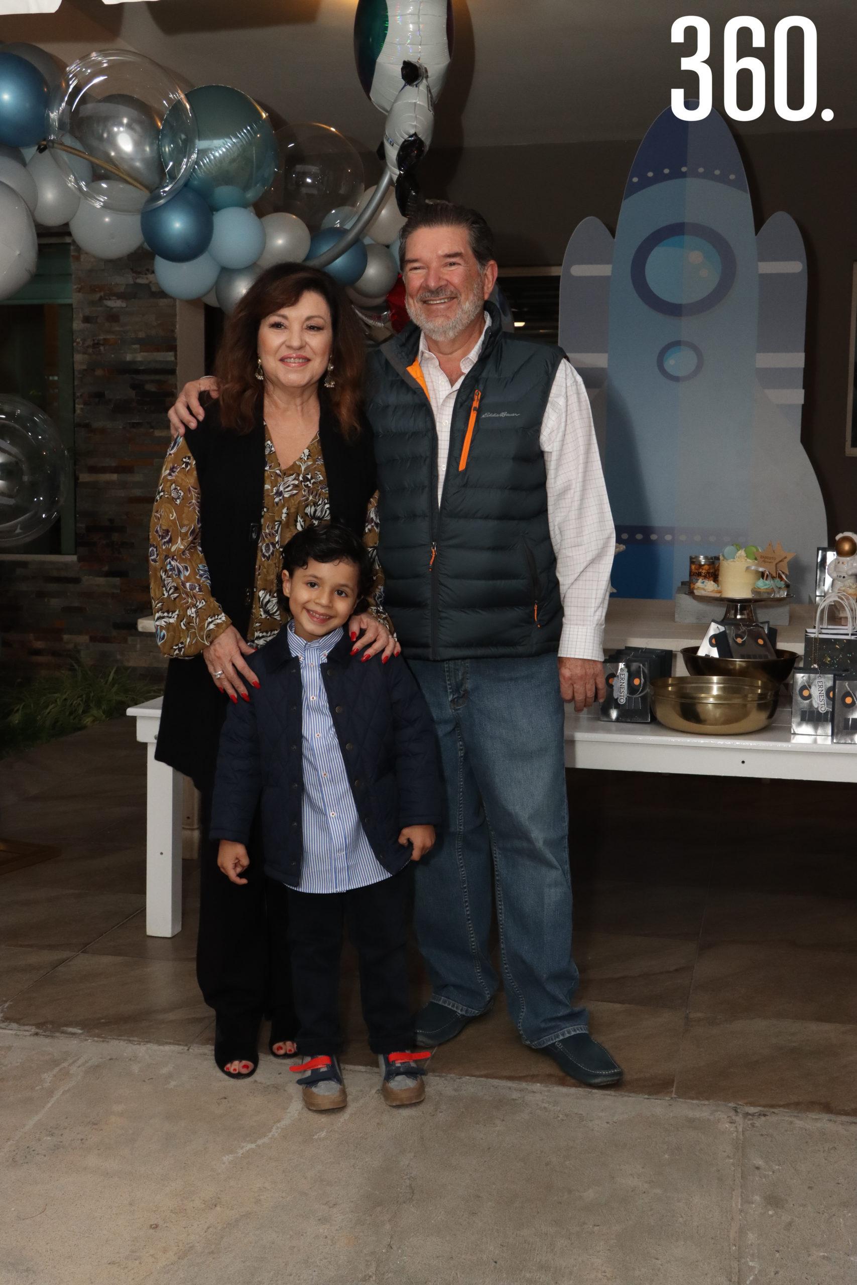 Norma Farías y Ernesto Boehringer con su nieto Ernesto Alejandro Neira Boehringer.