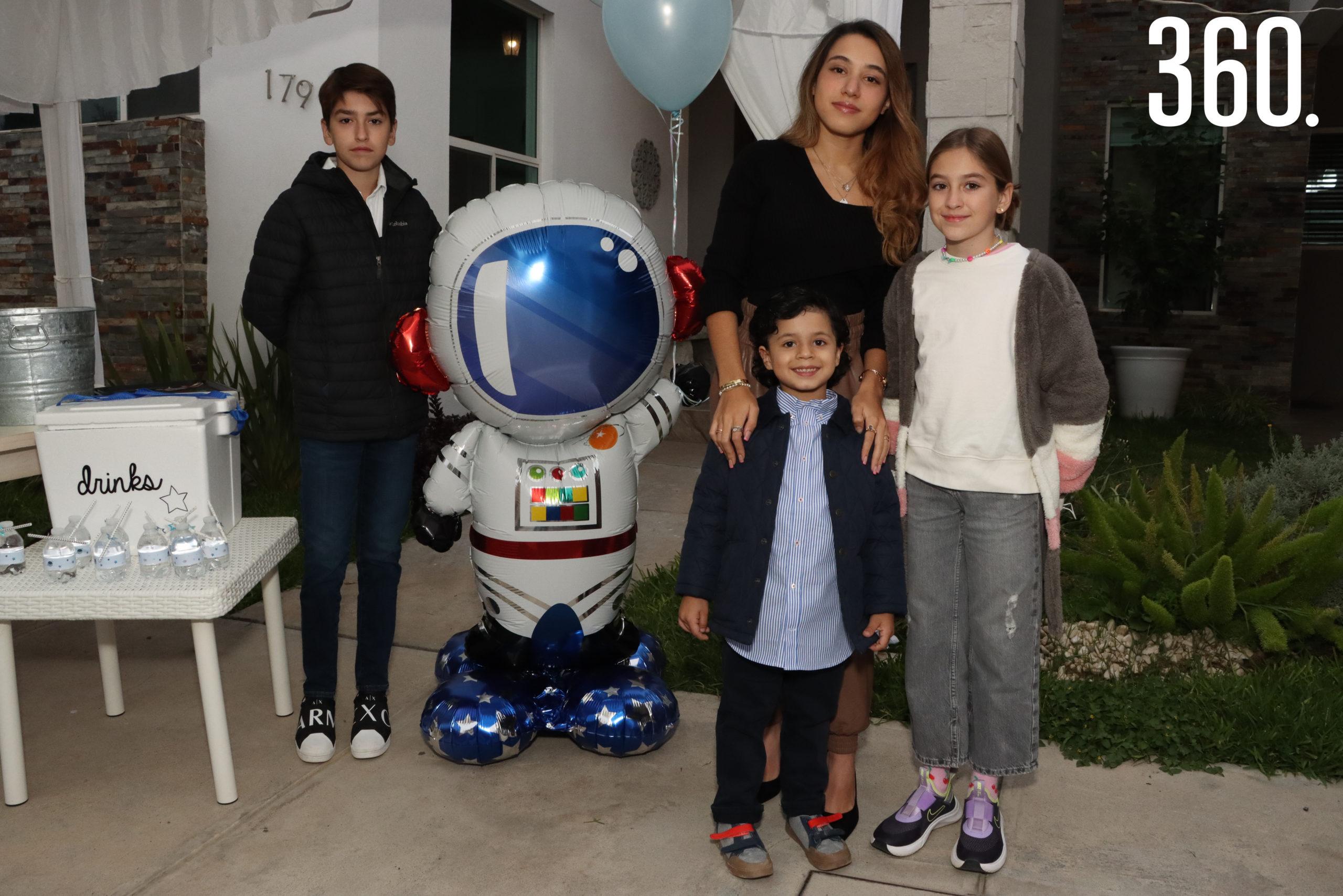 El festejado con su hermana Valentina Neira, y sus primos Alejandro y Roberta Veyan.