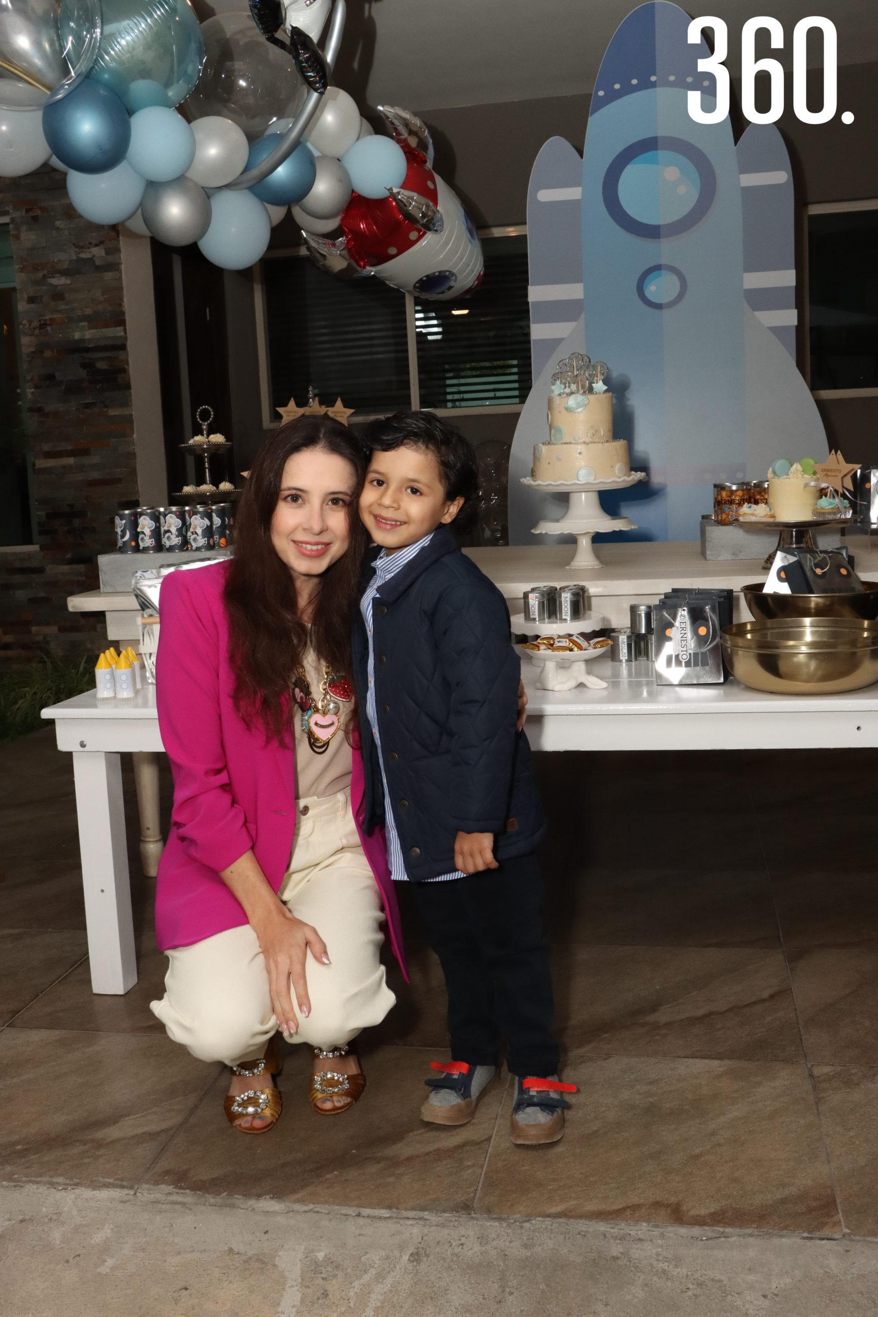Ernesto Alejandro Neira con su mamá Valeria Boehringer.