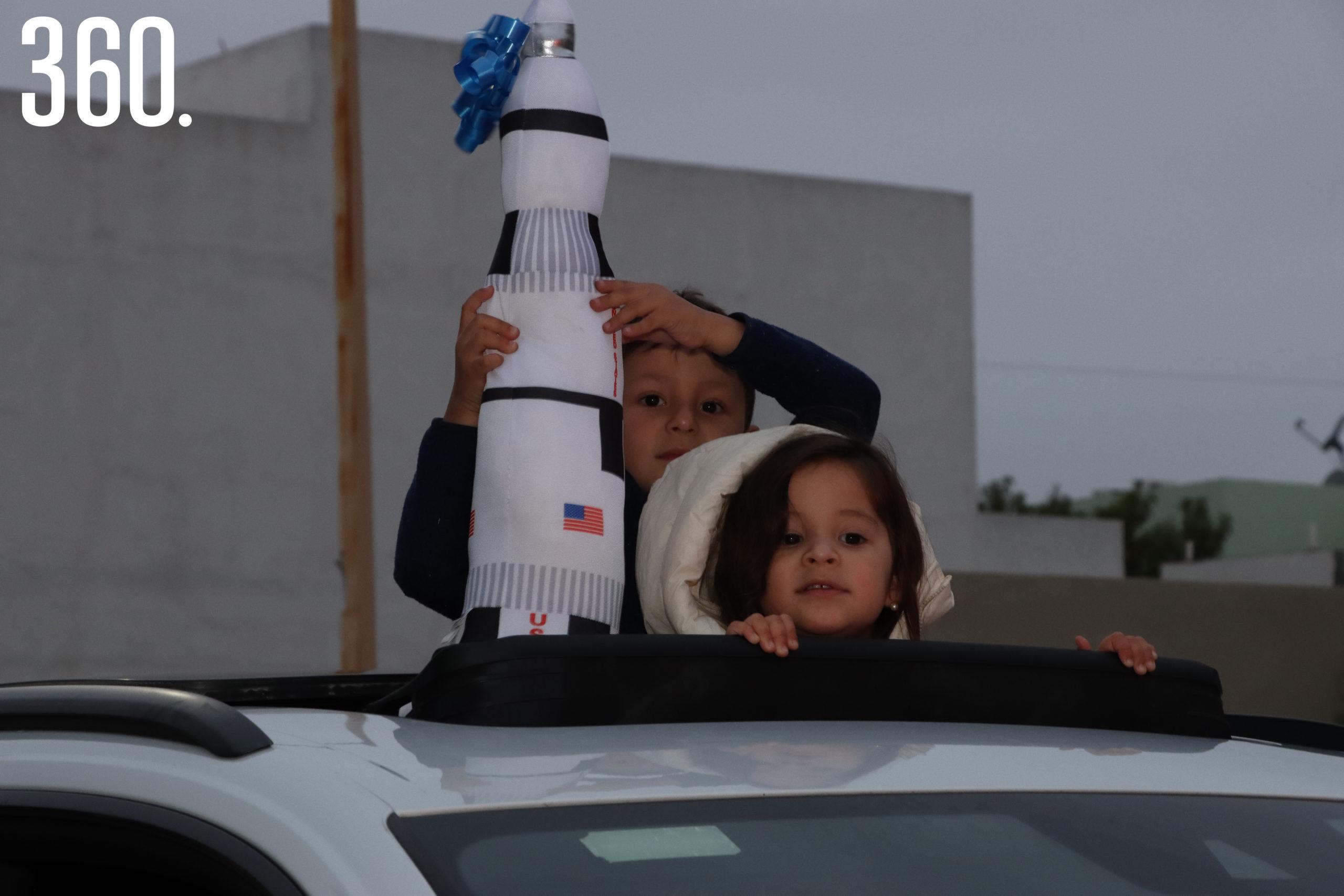 Octavio y Luciana García le llevaron un cohete a su amigo