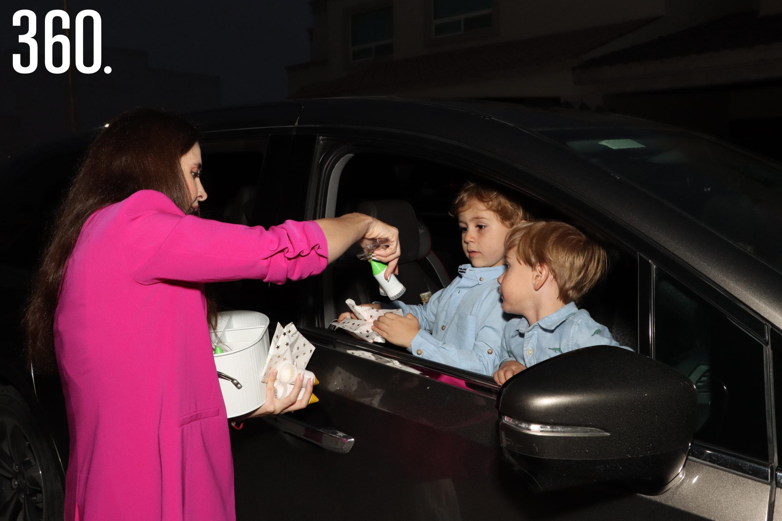 Valeria Boehringer le entrega unos dulces a Mario y Marcelo Mata.