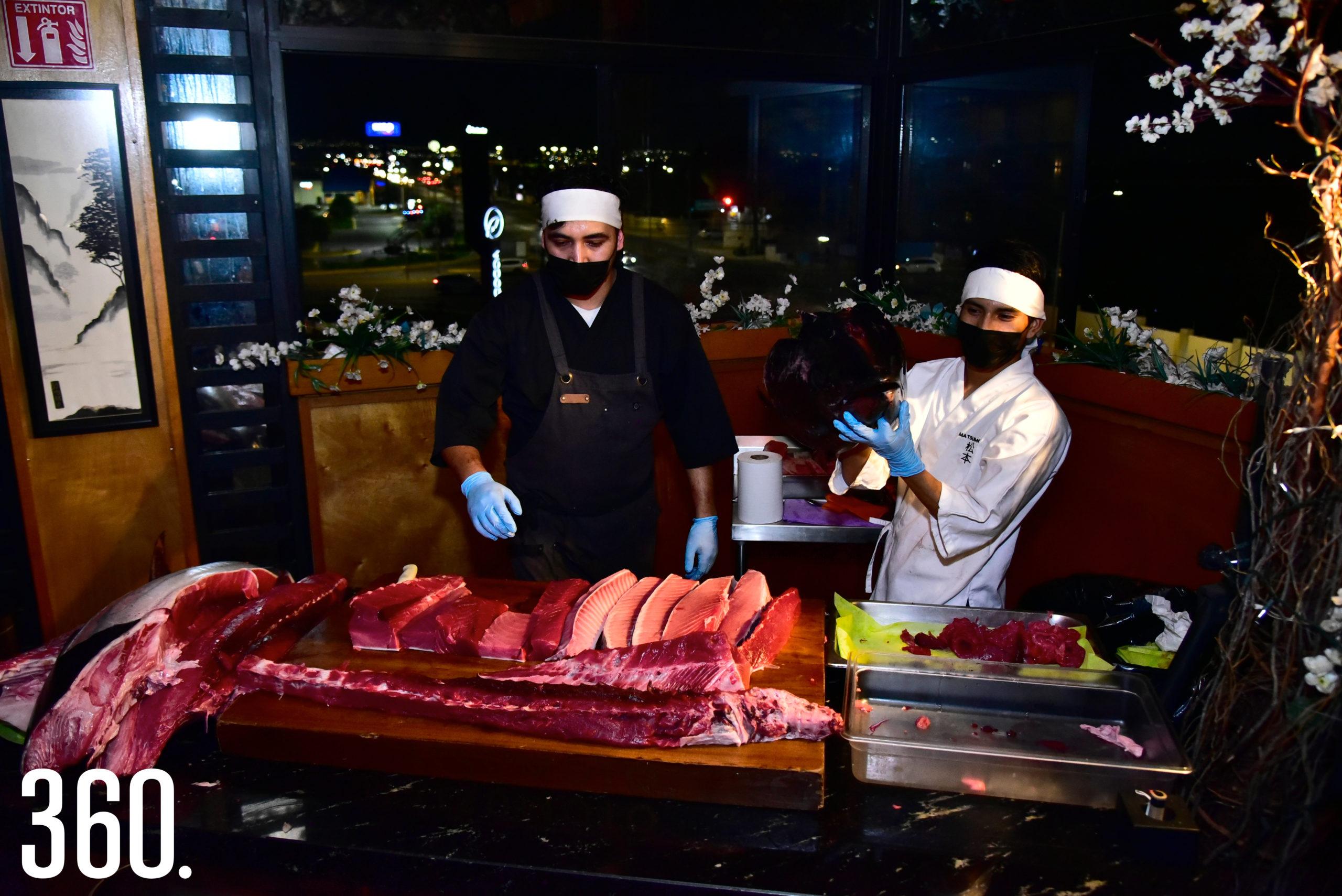 El chef explicando acerca de la forma de preparar el atún.