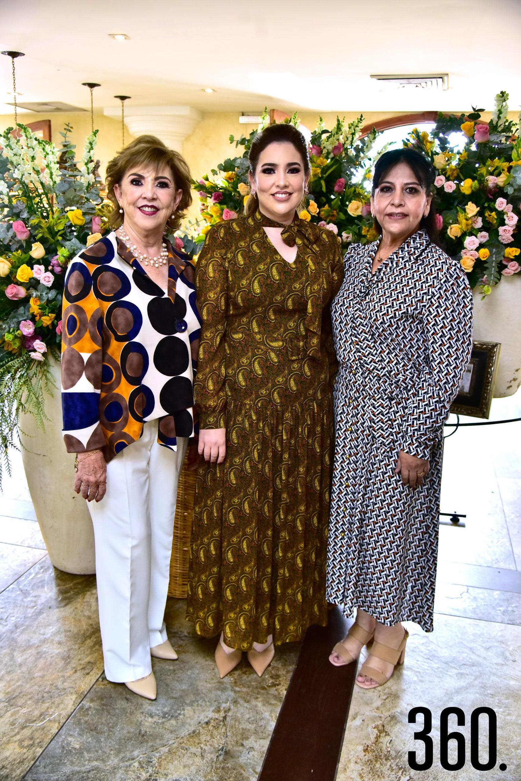 Samantha Natividad Pérez con su mamá Leticia Pérez de Natividad y su suegra Sandra Carrillo Villarreal.