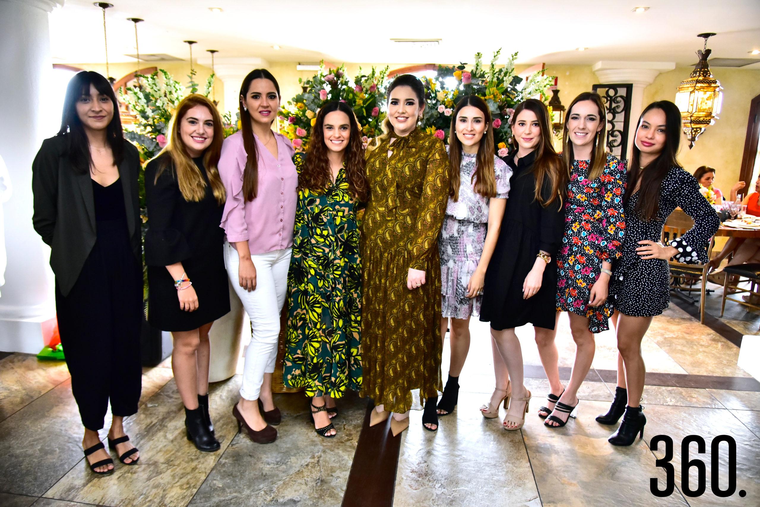 Samantha Natividad con sus amigas.