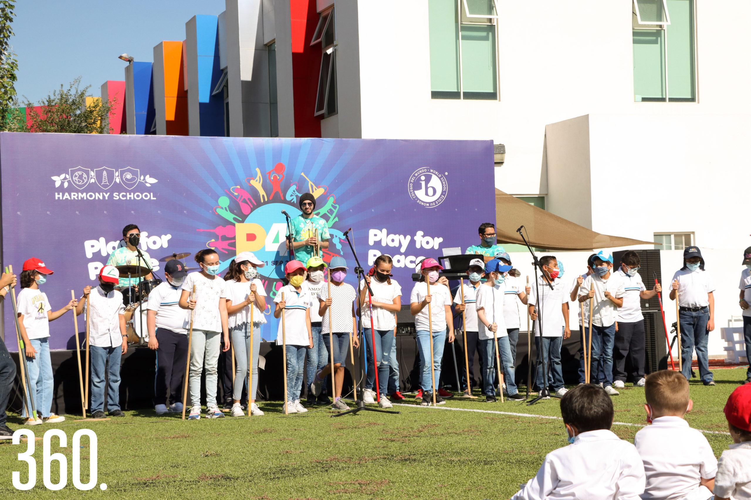 Alumnos de quinto año realizando una presentación musical.