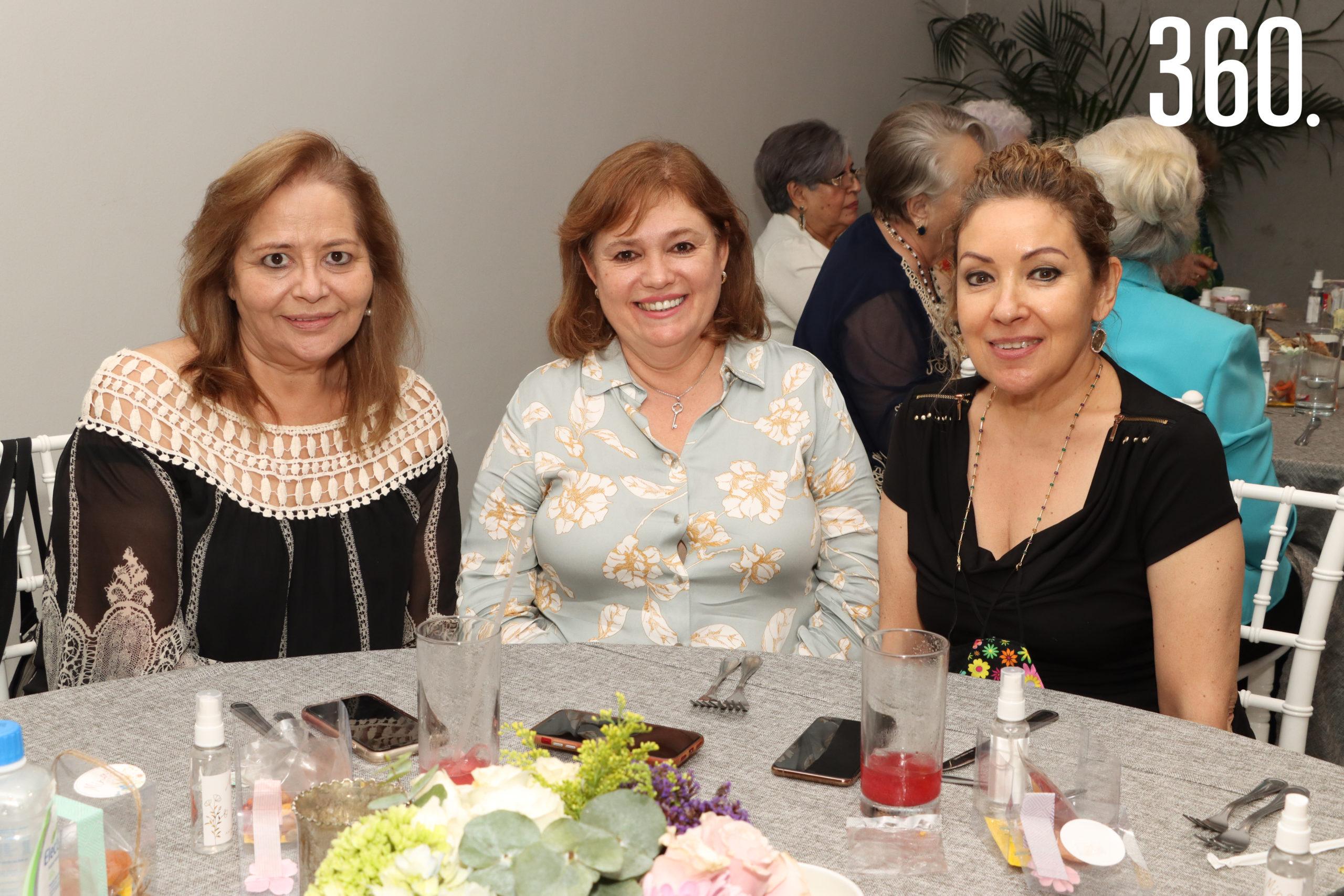 Lily de De Las Fuentes, Hilda López y Tere de Colunga.