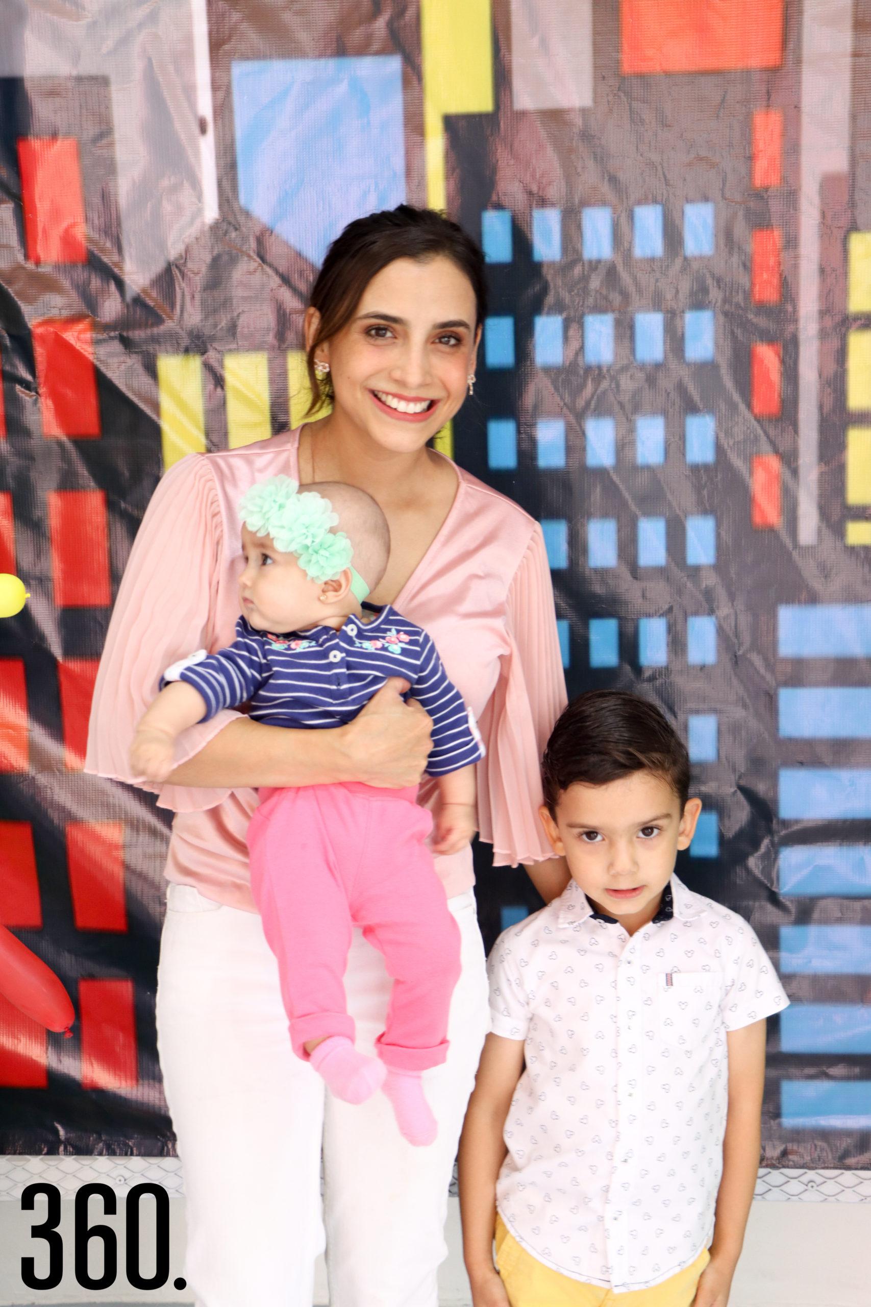 Mónica Arce, Catalina y Gerardo Recio.