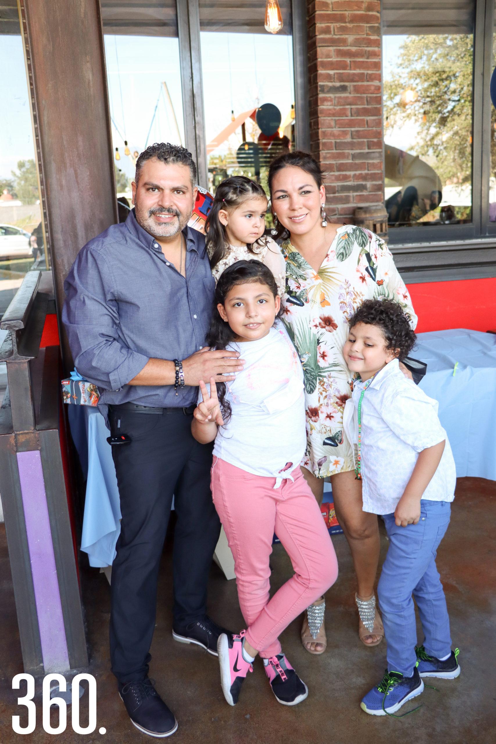 José Pablo con sus padres y hermanas, Pablo Abugarade, Sandra Pérez, María José y Sara Abugarade.