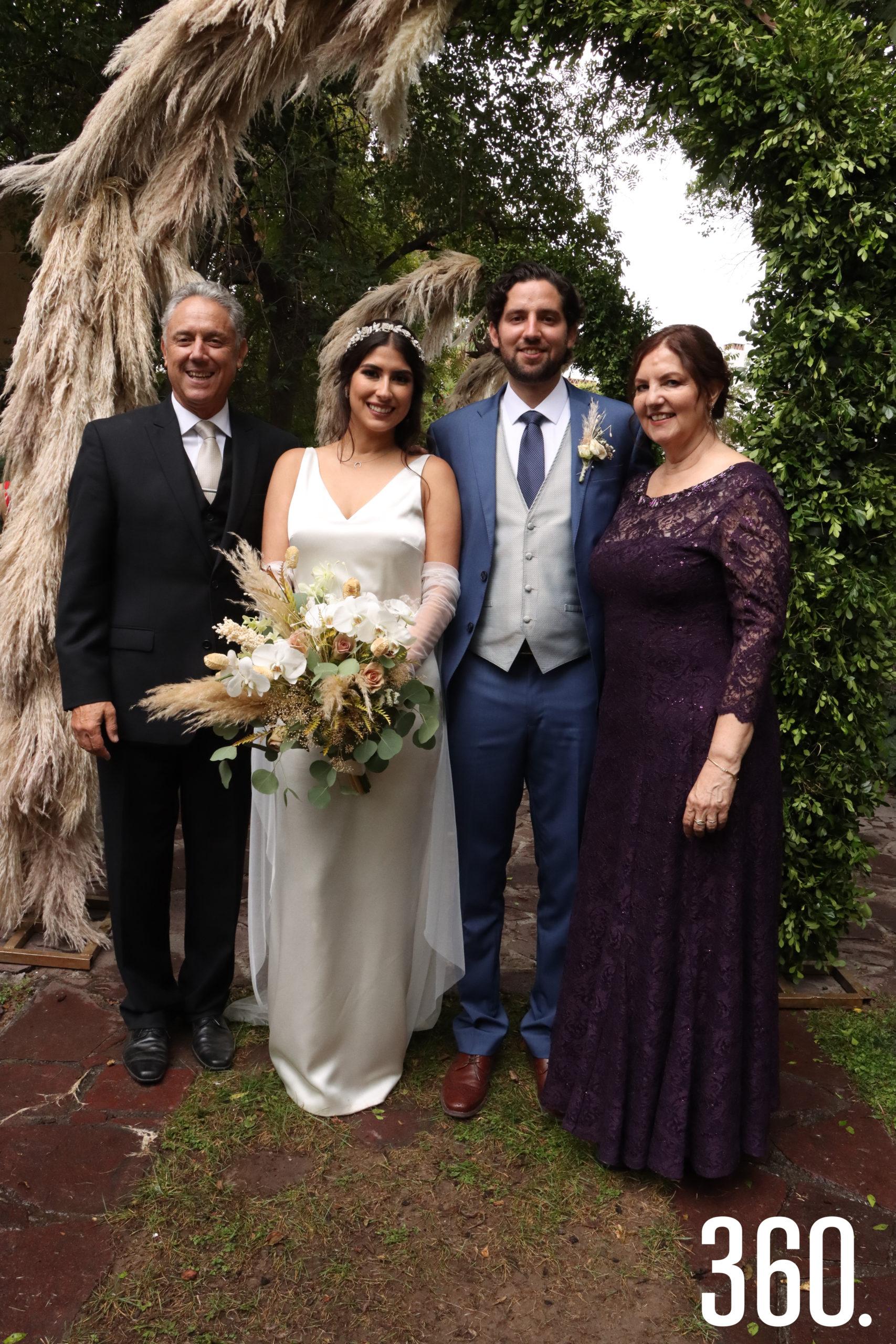 Ricardo y Karen acompañados por los padres del novio Javier Aguirre y Yolanda González.