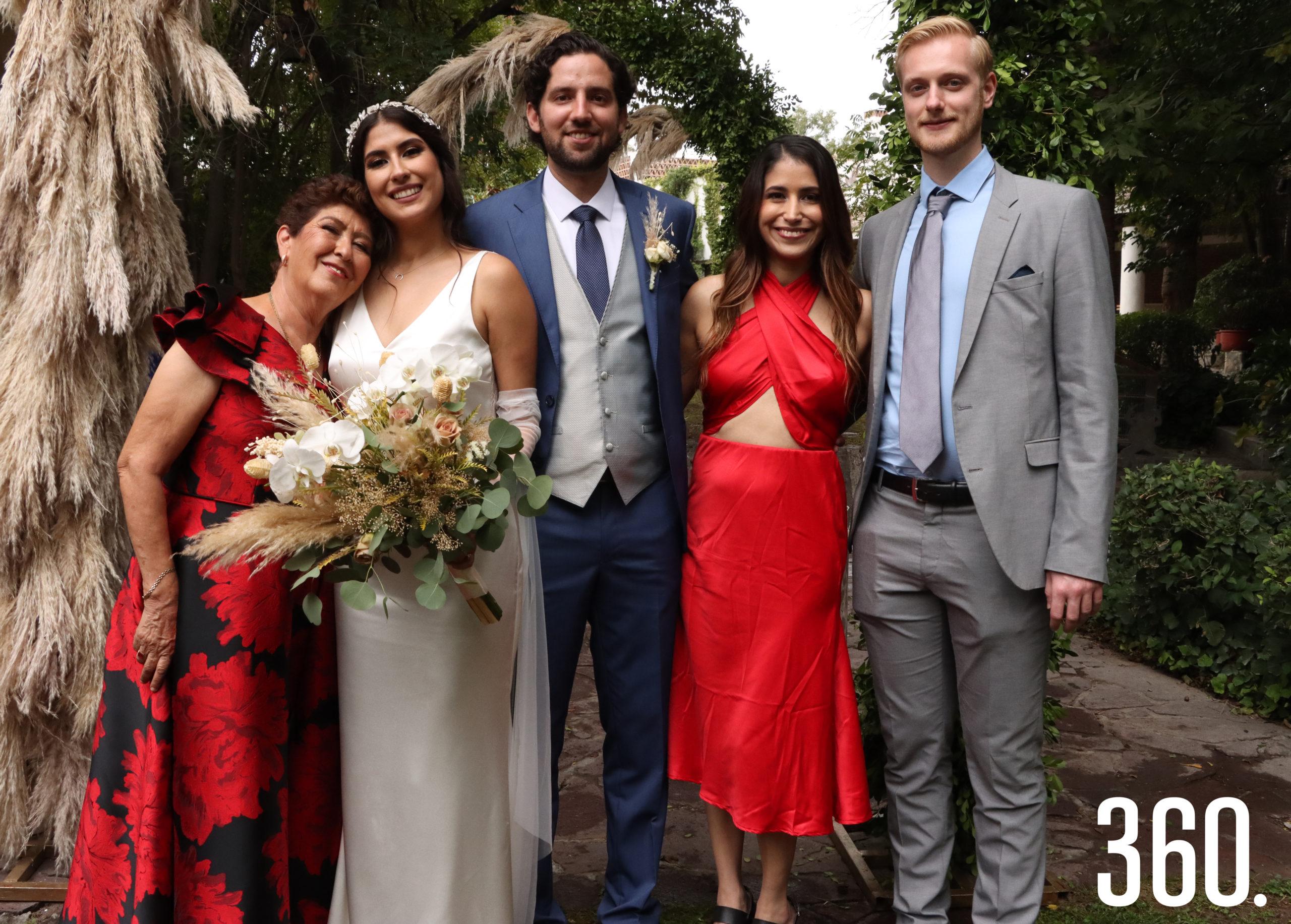 El matrimonio Aguirre Muijares acompañados por Luz María Berumen, Viridiana Mijares y Martijn Boon.