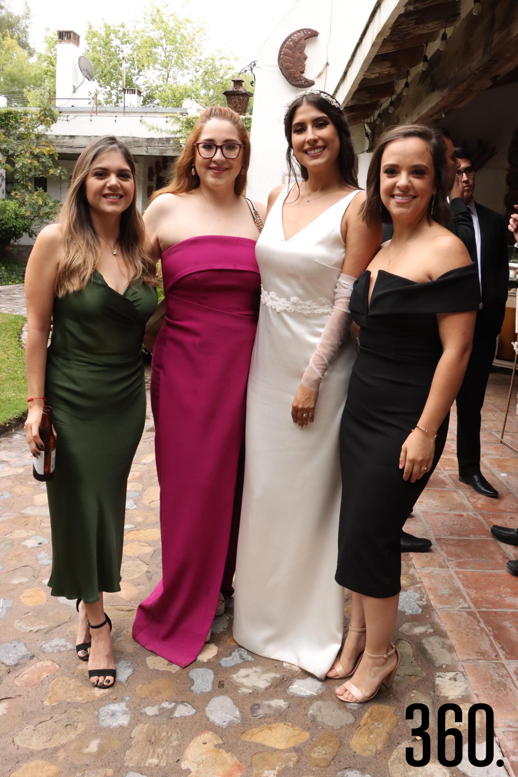 La feliz novia Karen Mijares Berumen con acompañada por Clara Lozano, Rosa Perea y Vero Valdés su madrina de anillos.