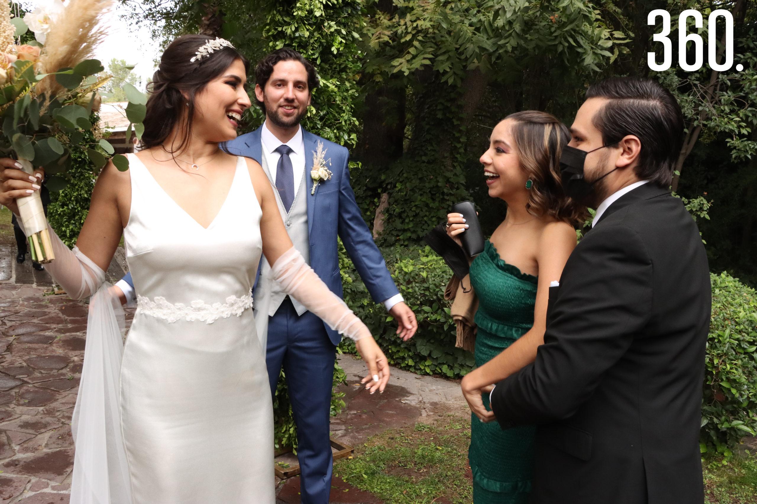 Karla Mijares y Ricardo Aguirre reciben las felicitaciones de Sofía López y Javier Benavides.
