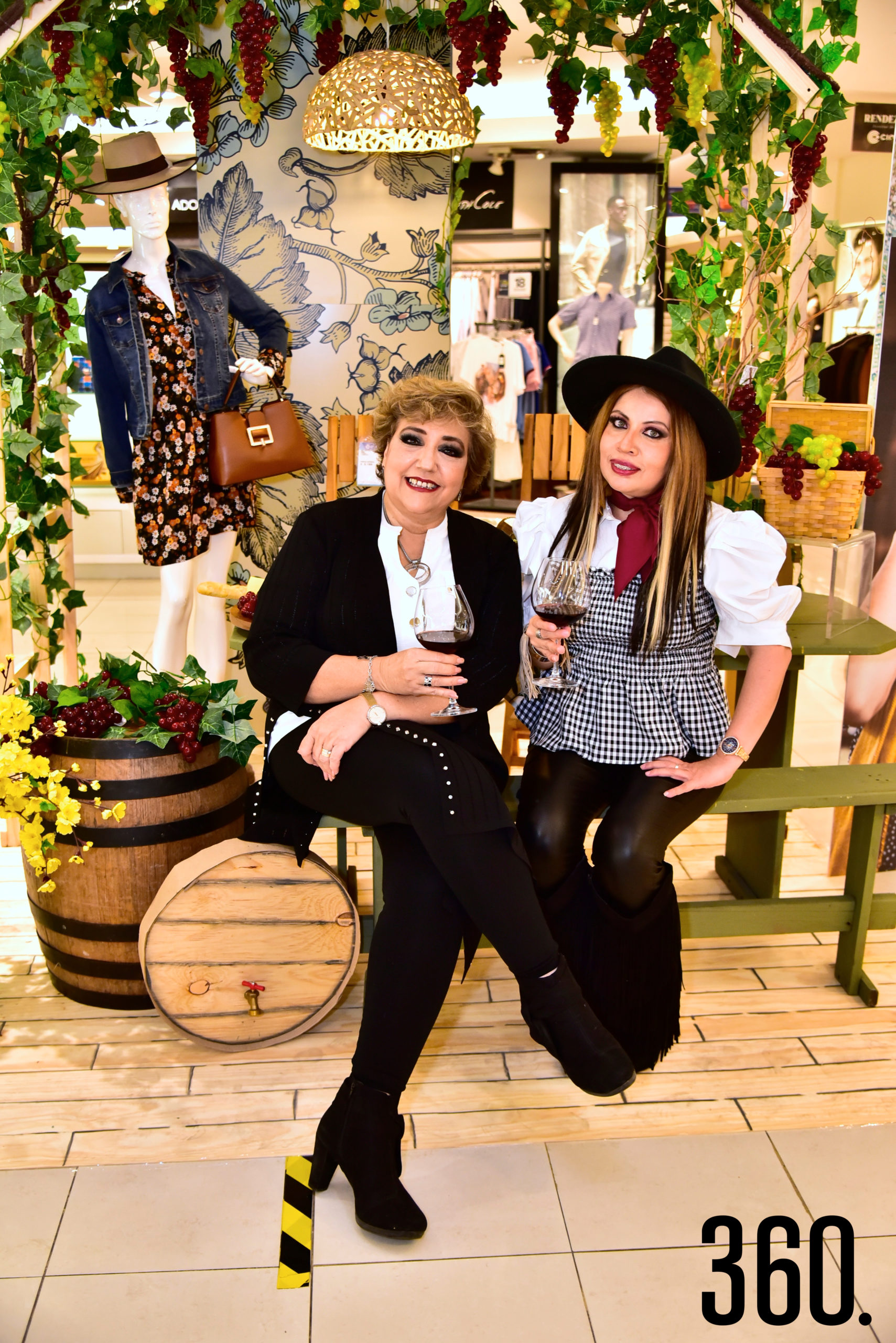 Cuquis Ballesteros coordinadora de Relaciones Publicas de Cimaco e Hilda Rodríguez coordinadora del departamento de Perfumería.